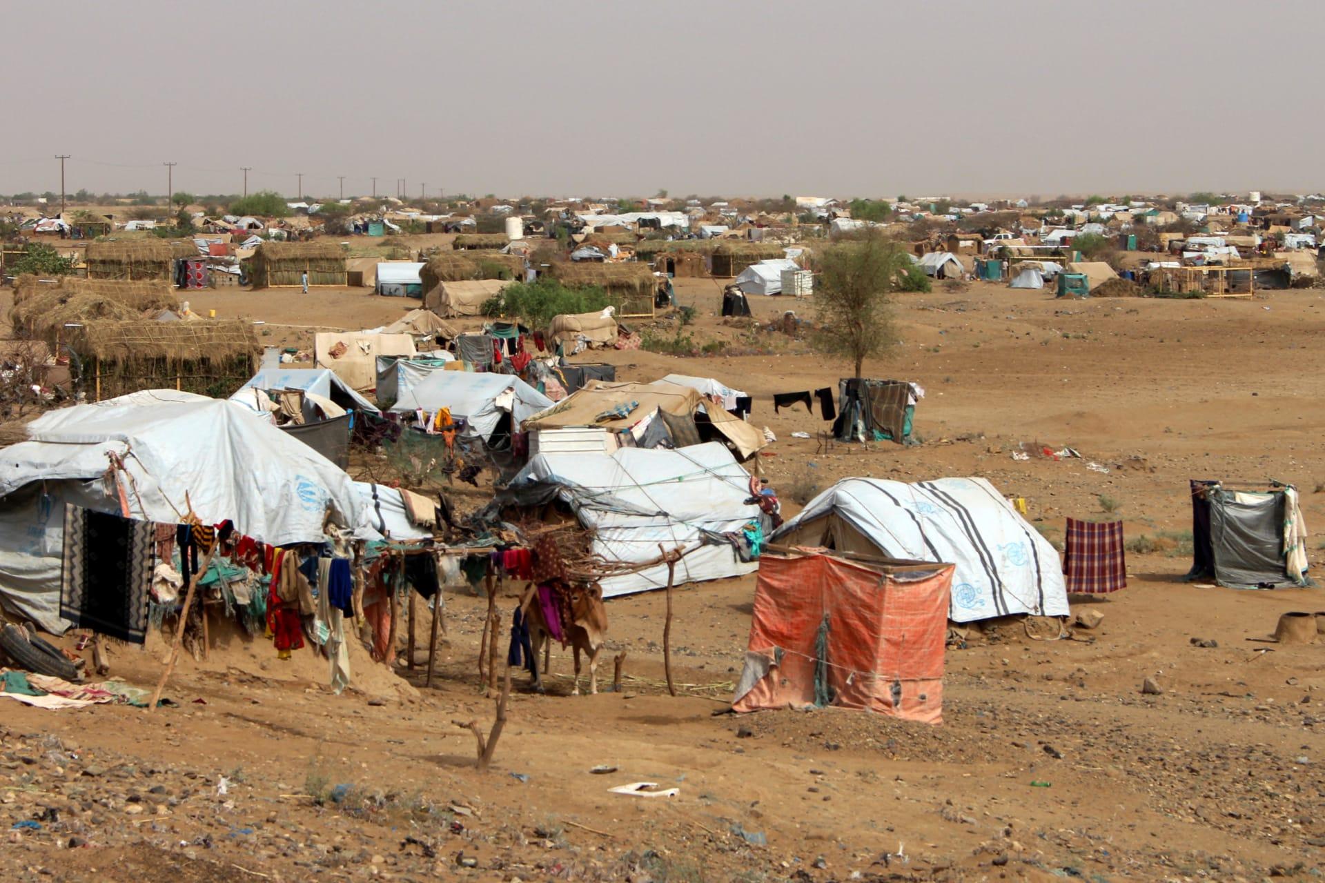 مركز الملك سلمان للإغاثة يدين استهداف الحوثيين مخيما للنزوح الداخلي في اليمن