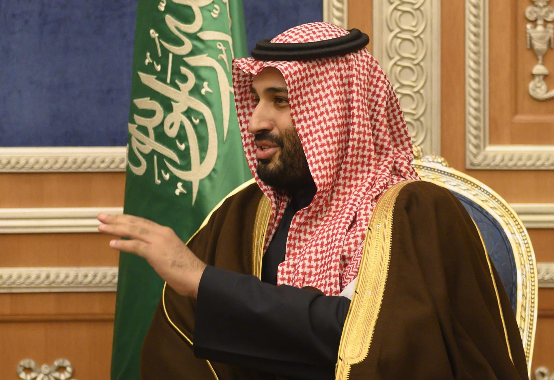 ولي العهد السعودي يلفت الأنظار بتصرف أخلاقي مع أمير الرياض
