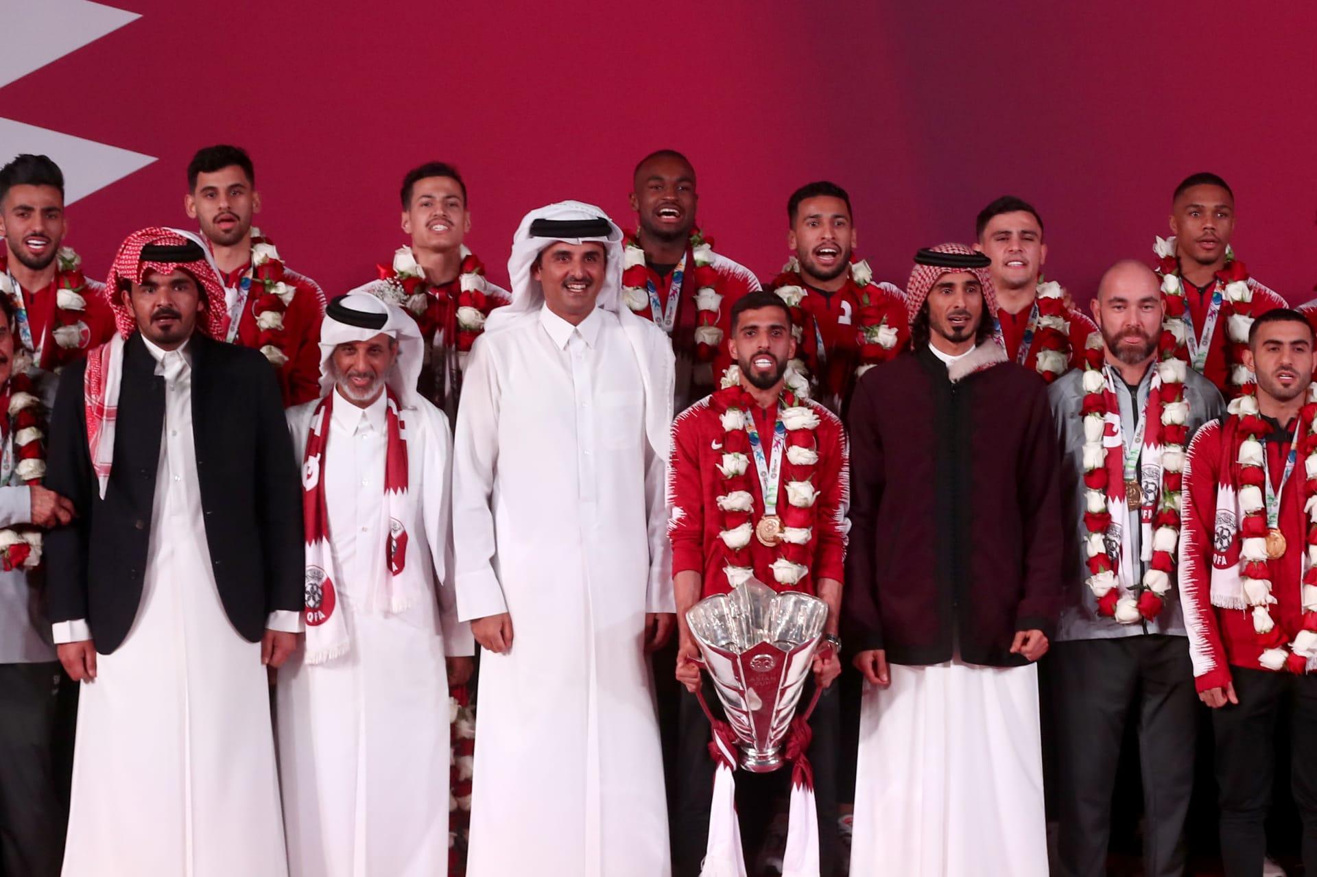 مقطع فيديو لتعامل الشيخ تميم مع قائد منتخب قطر يثير جدلا عبر مواقع التواصل