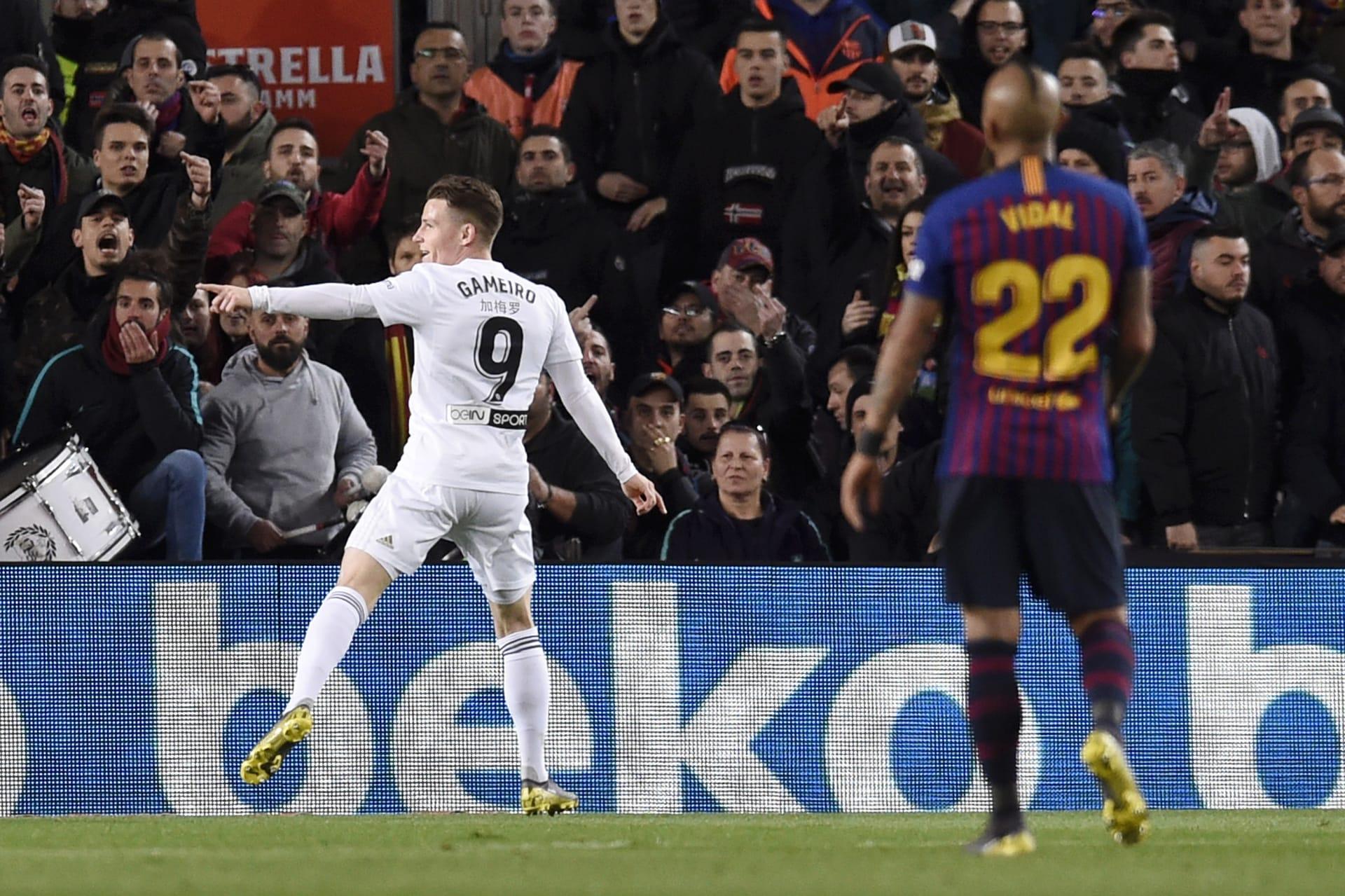 """لاعب فالنسيا ينشر صورة """"مروعة"""" لعينه بعد مباراة برشلونة"""