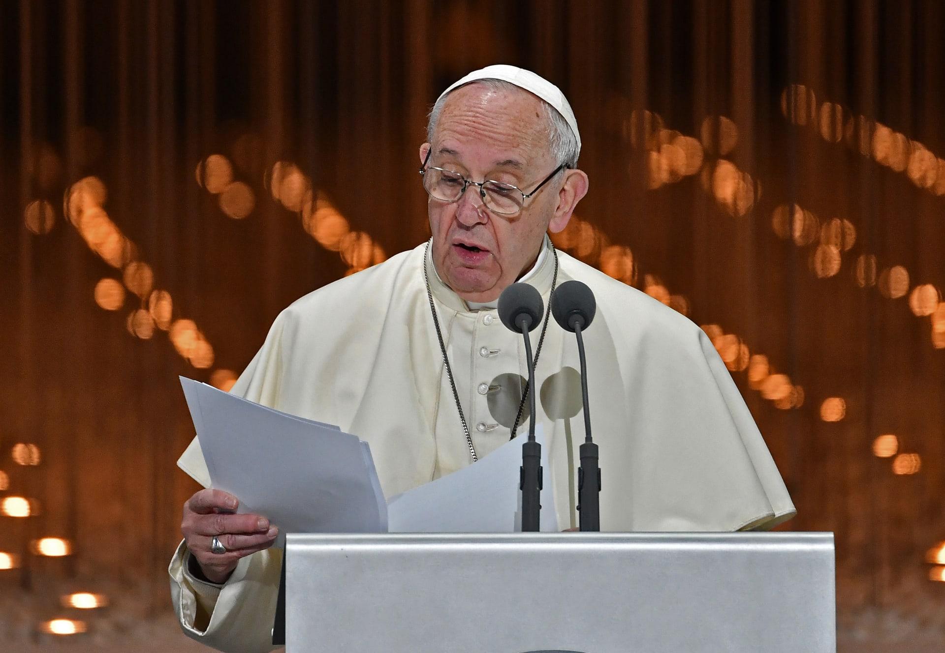 """البابا يبدأ كلمته بـ""""السلام عليكم"""" ويوقع مع شيخ الأزهر """"إعلان أبوظبي"""" للإخوة الإنسانية"""