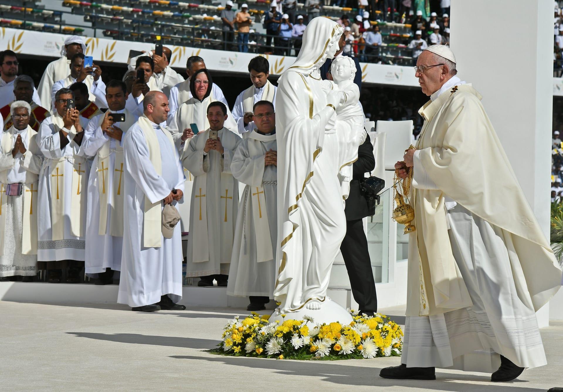 بابا الفاتيكان يبدأ مراسم أول قداس في شبه الجزيرة العربية وسط حضور عشرات الآلاف