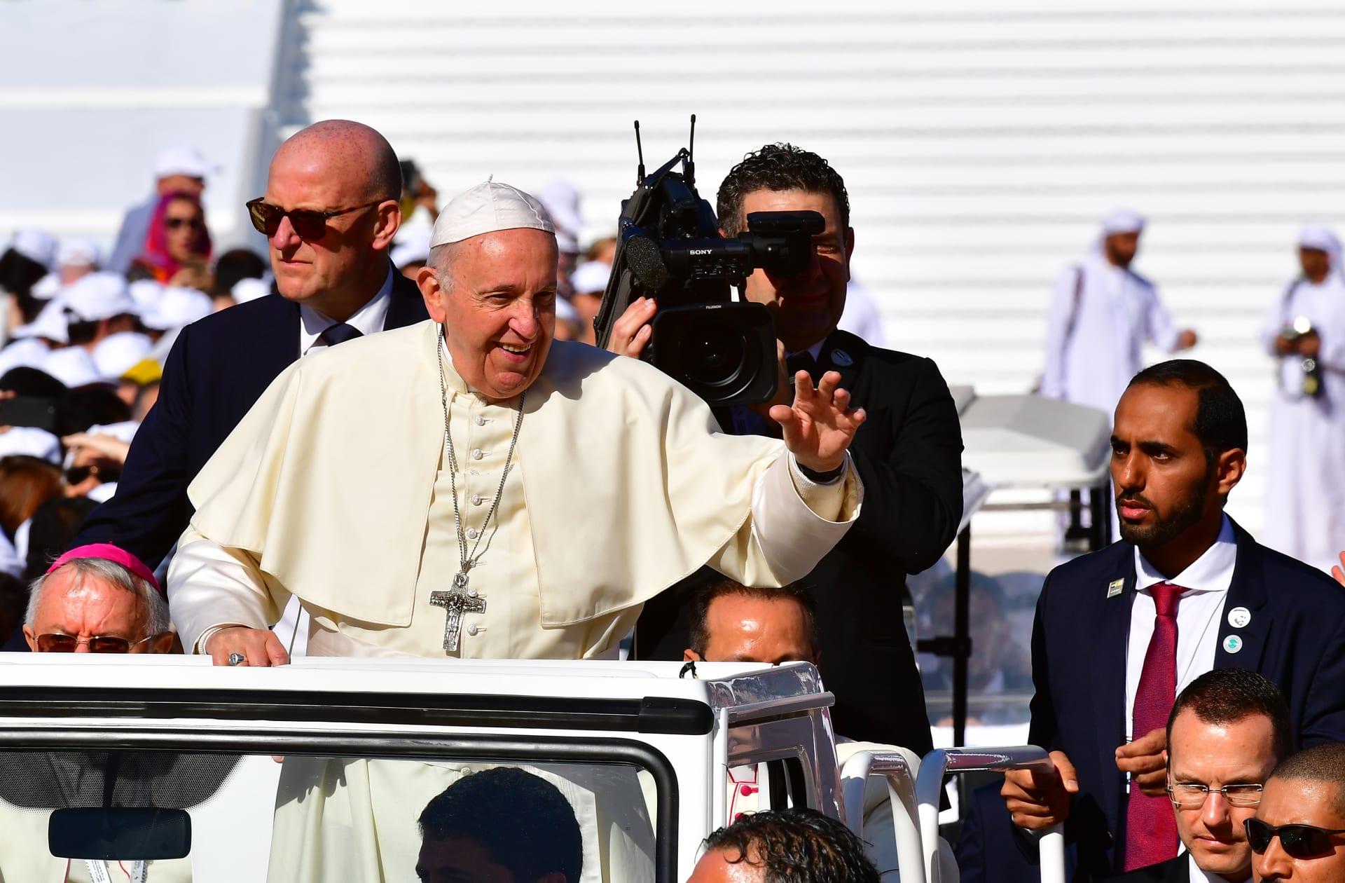 كيف تفاعل نجوم عرب مع زيارة البابا فرنسيس للإمارات؟