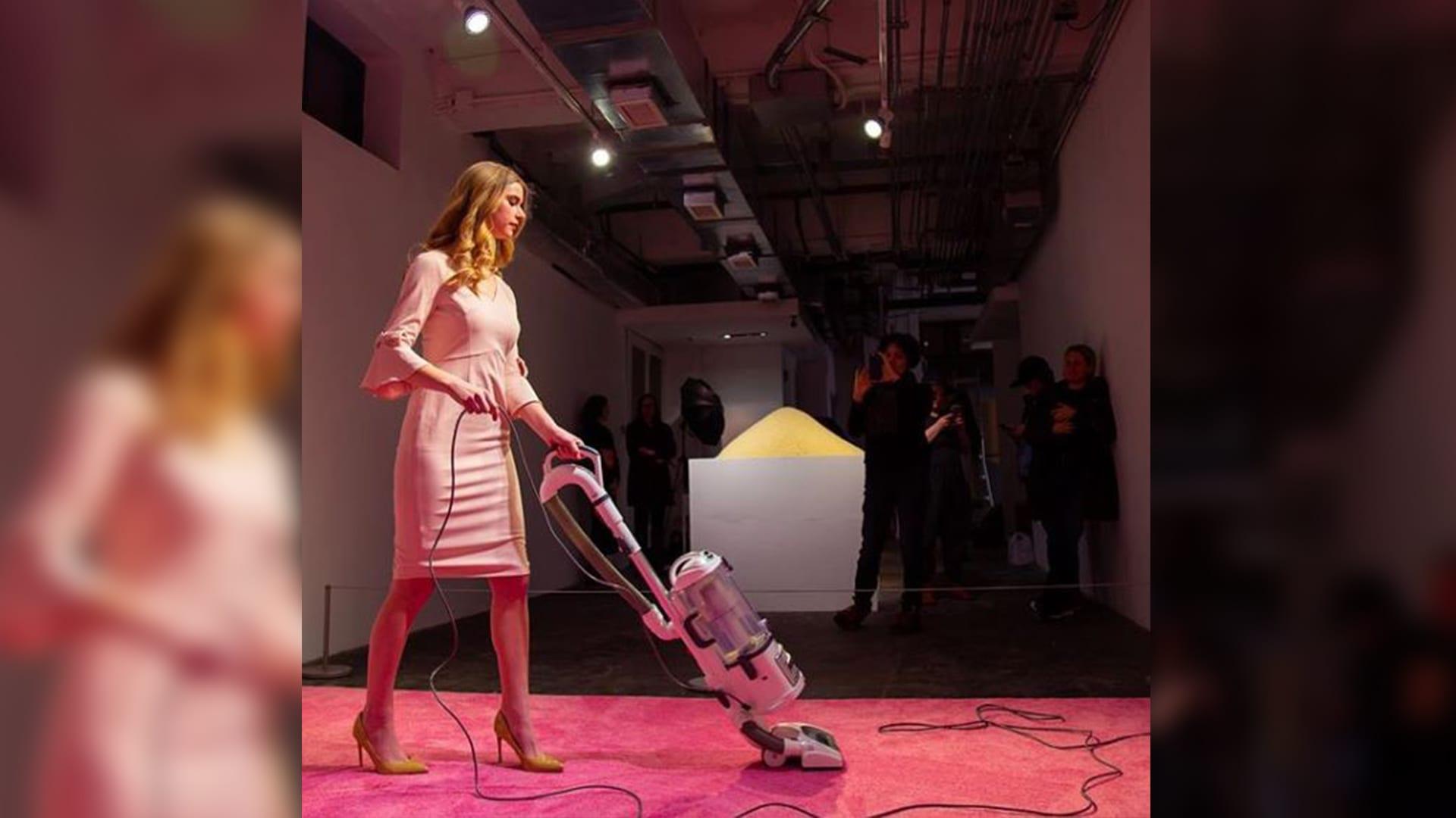 إيفانكا ترامب تكنس بأناقة كاملة.. كيف ردت على هذا العمل الفني؟