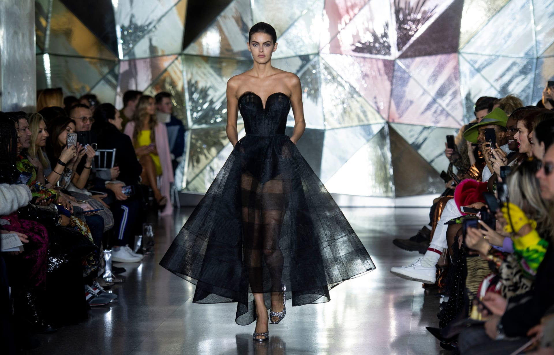 عارضة الأزياء باربرا فلاهو تقدم عملا لكريستيان سيريانو