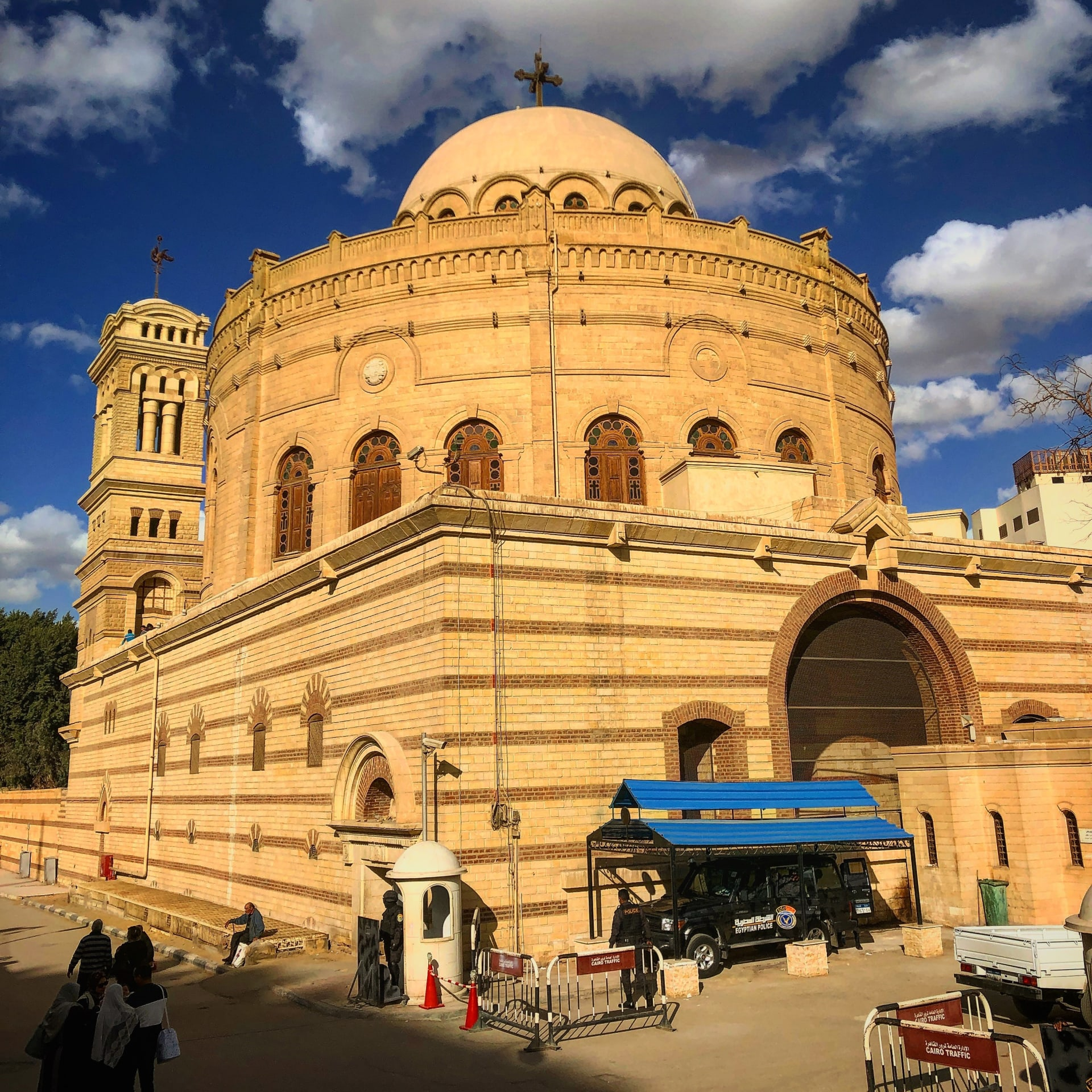 هل سبق أن سمعت عن كنيسة مصر المعلقة؟ إليك سر تسميتها