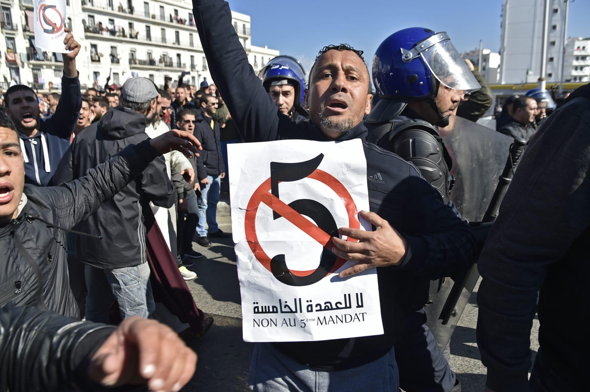 رغم الحظر.. احتجاجات في الجزائر ضد ترشح بوتفليقة لولاية خامسة