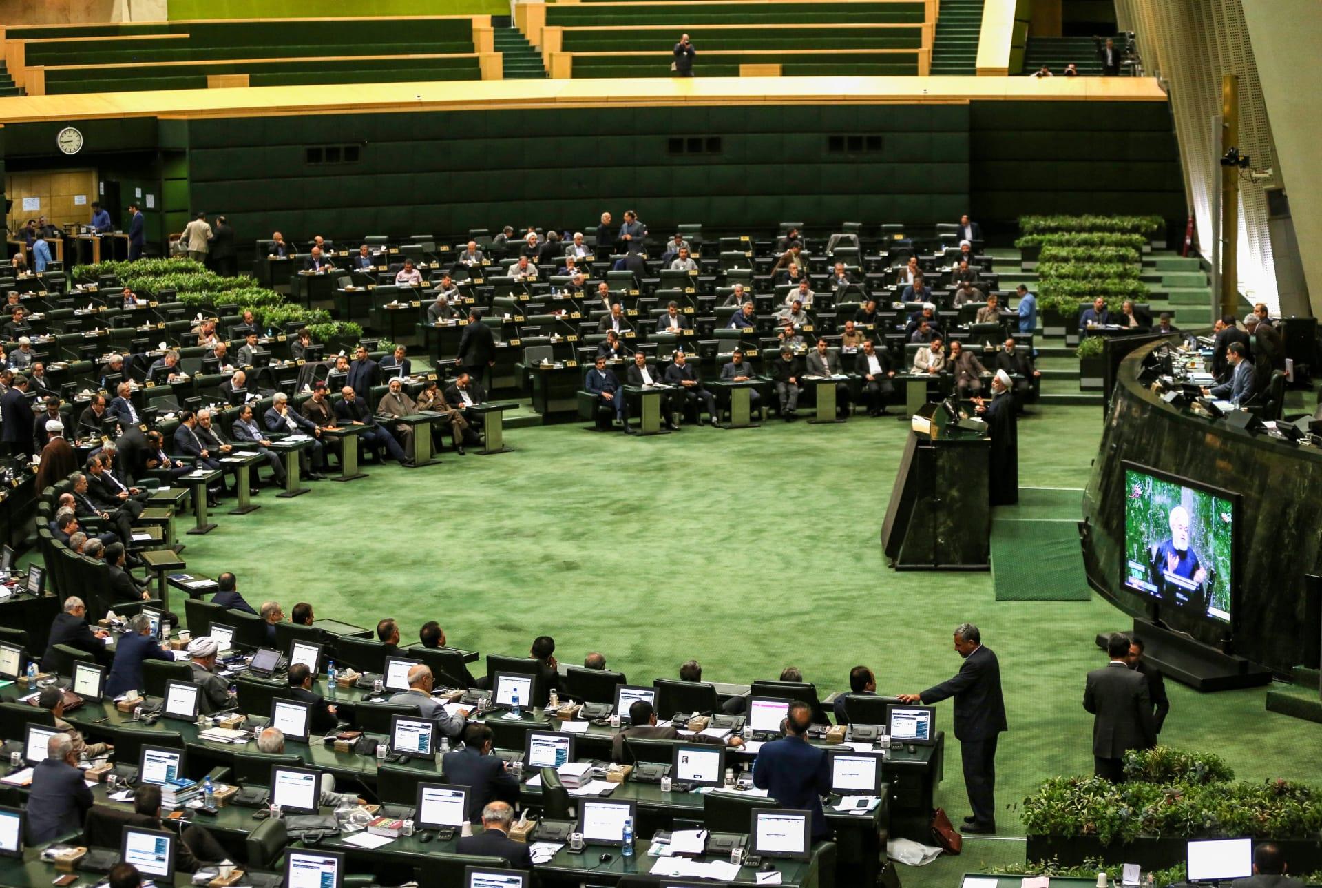 البرلمان الإيراني يرفض طلبا حكوميا بشأن أسعار البنزين واستهلاكه