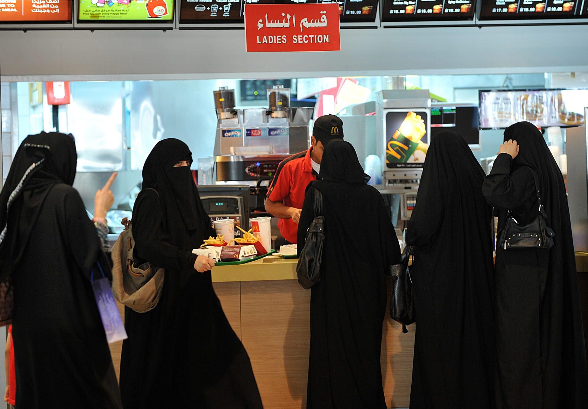 السعودية تبدأ توطين قطاع المطاعم والمقاهي بـ50 ألف وظيفة