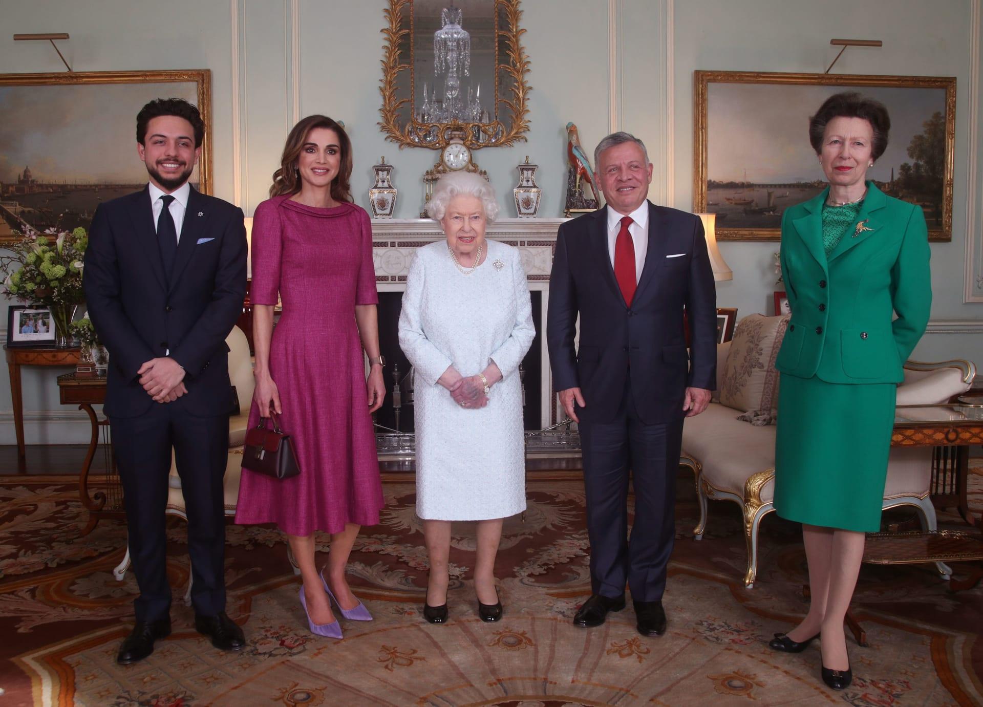 الملكة رانيا تتزين بلمسة عربية خلال زيارتها للملكة إليزابيث.. ما هي؟