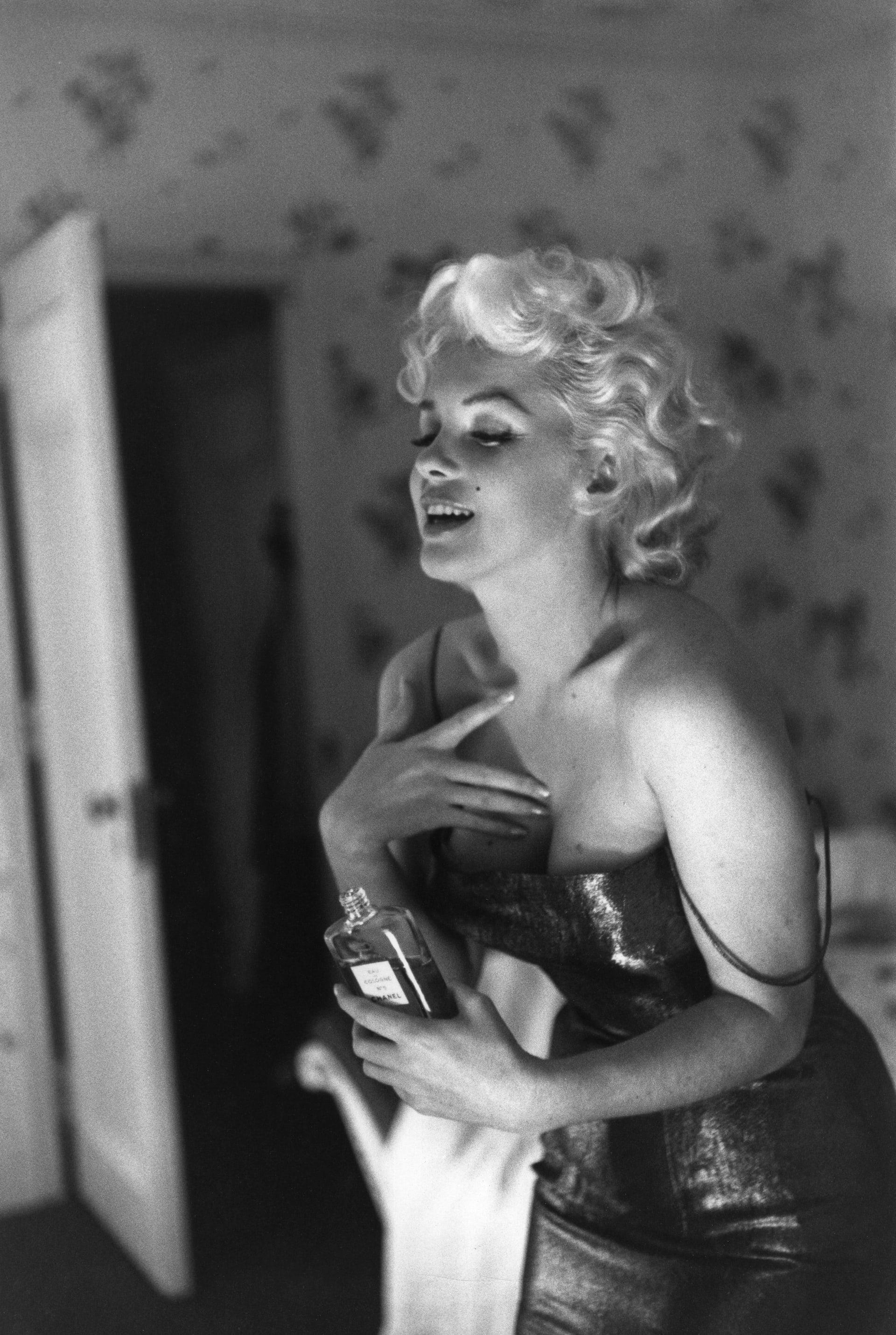 """مارلين مونرو في غرفة الفندق.. معرض يرفع الستار عن صور نادرة لـ """"أيقونة الإغراء"""""""