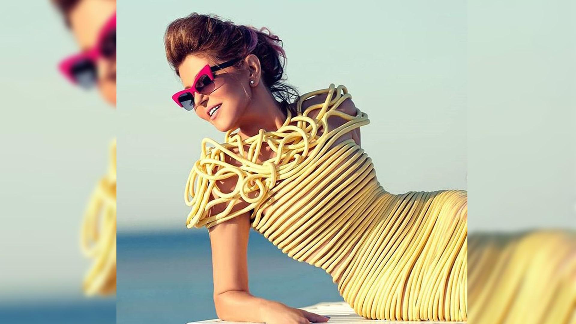 في تصميم يُثير السخرية عبر وسائل التواصل.. ما رأيكم بفستان سميرة سعيد؟