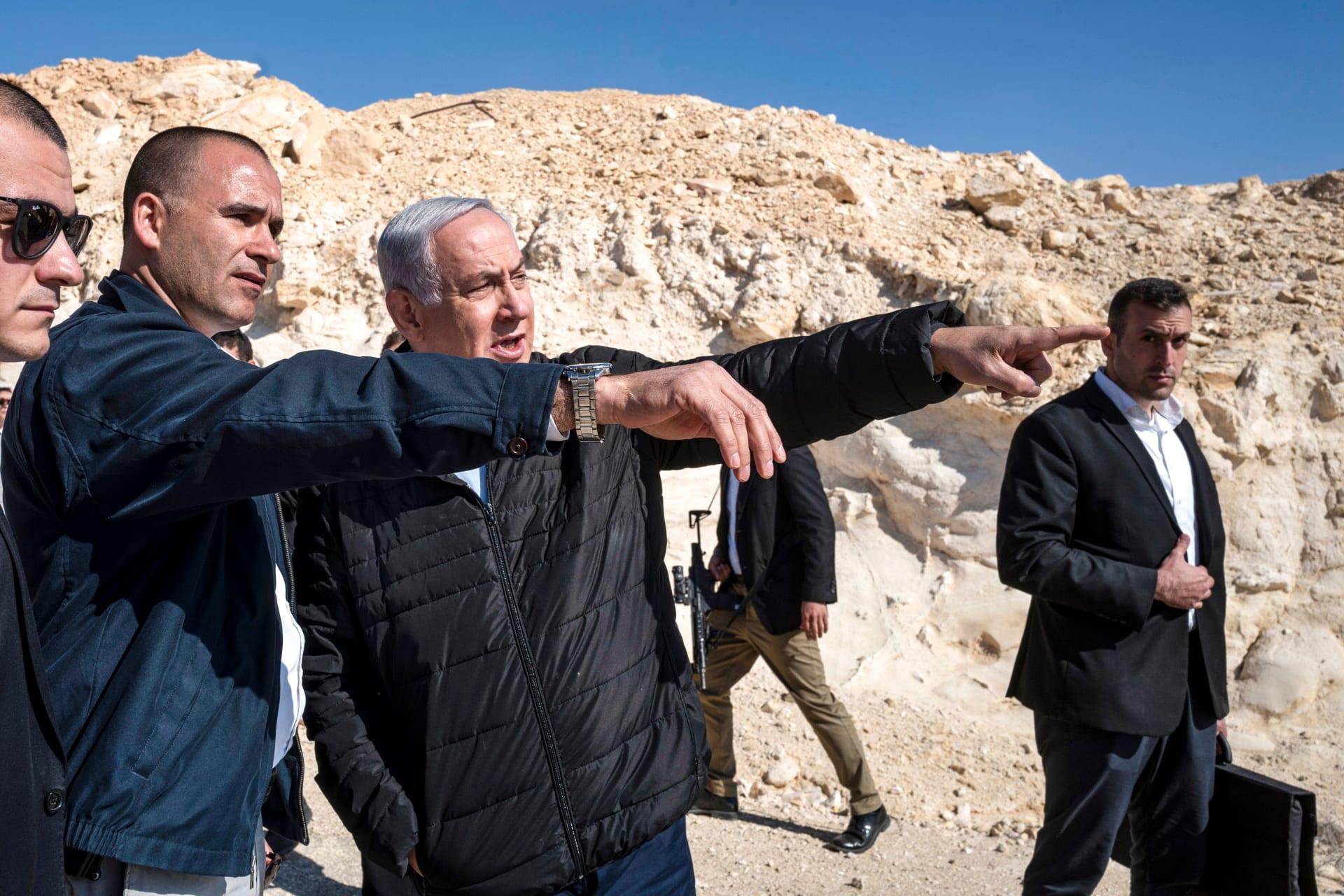 """نتنياهو يتفقد الحدود مع سيناء.. ويهدد بـ""""رد حازم"""" على أي اعتداء من حماس"""