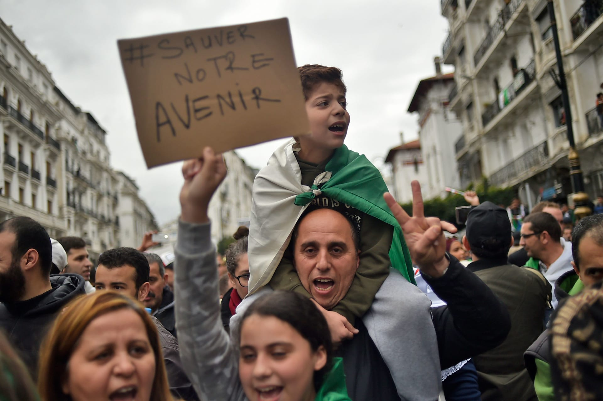 """""""رحيل ريال مدريد"""" و""""أمنيات الفتيات"""".. طرائف مظاهرات الجزائر"""