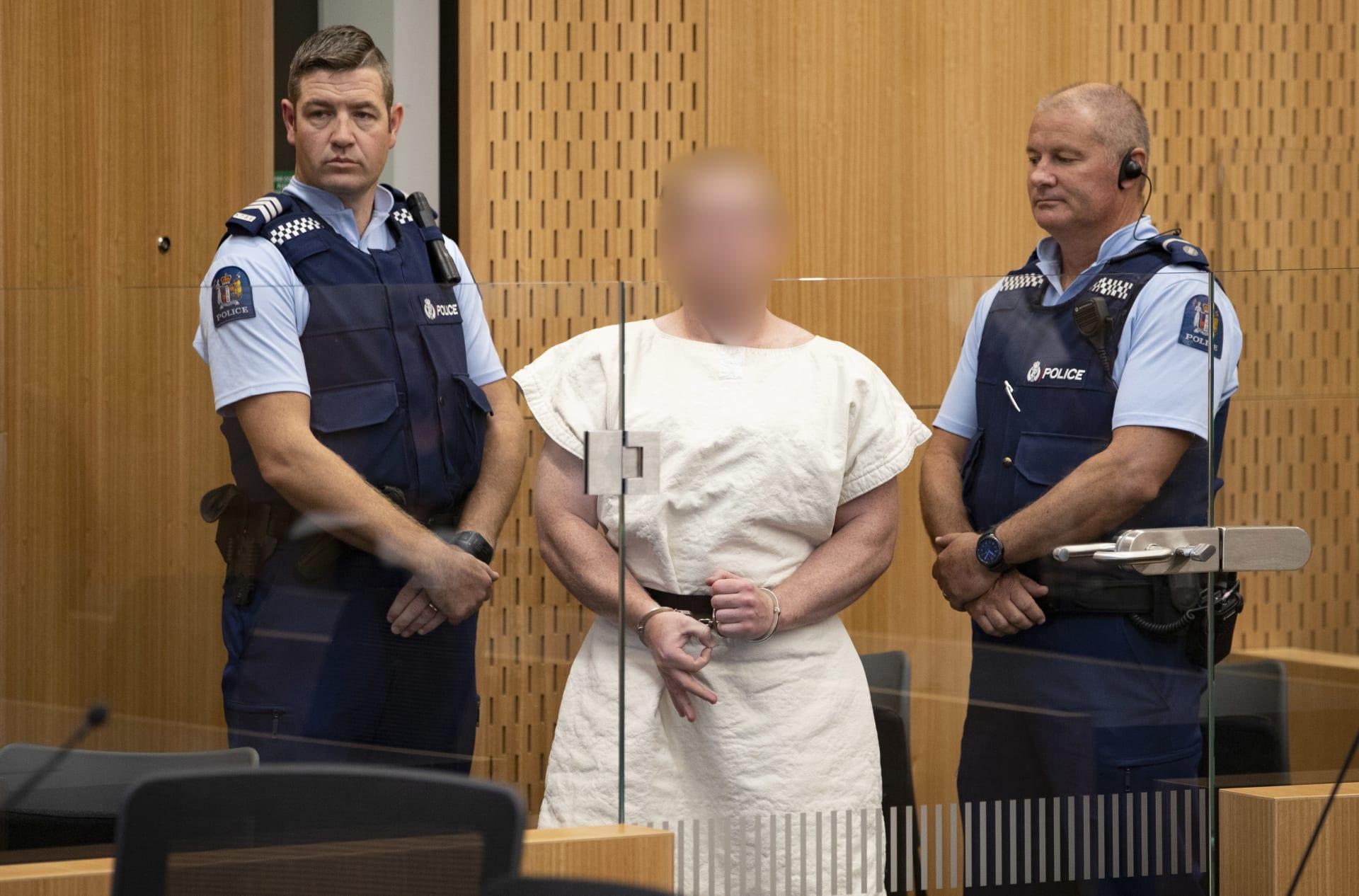 ما سر إشارة أداها المتهم بهجوم نيوزلندا بأصابعه أمام المحكمة؟