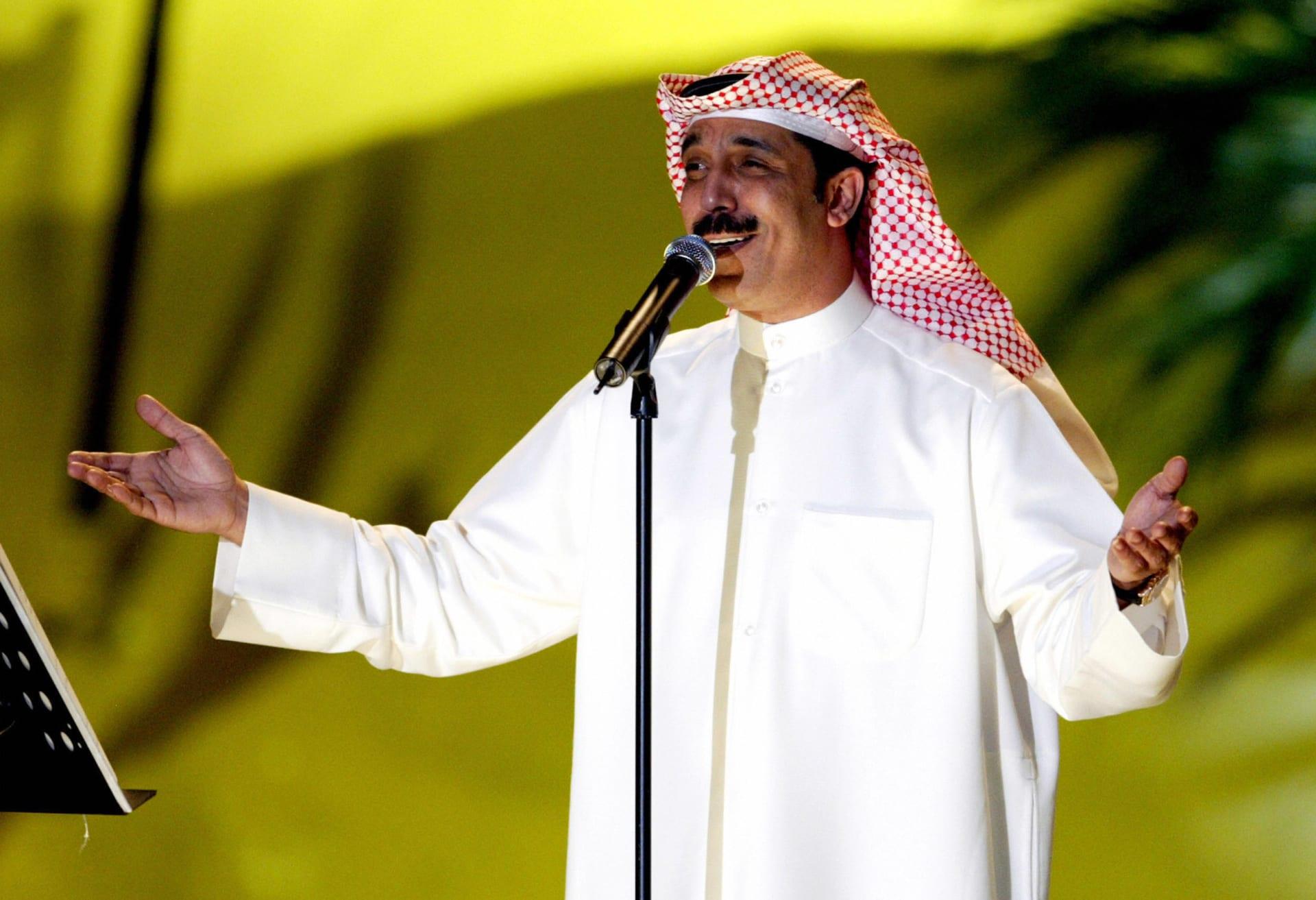 في أول ظهور له منذ السقوط على المسرح.. عبد الله الرويشد يطمئن جمهوره