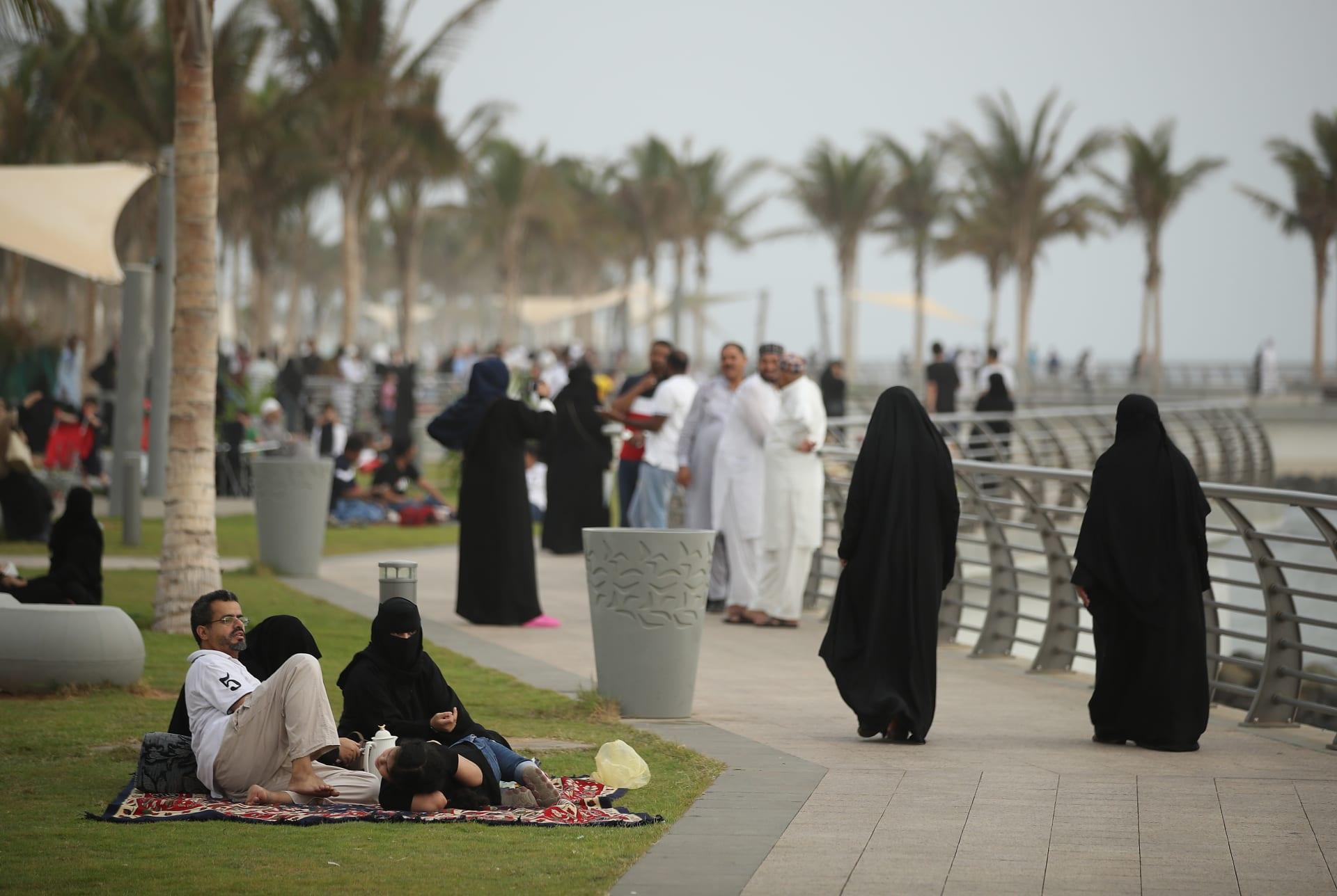 """الجزيرة تحذف فيديو """"يخالف معاييرها"""".. وسعوديون يتهمونها بتحريض فتياتهم على الهروب"""