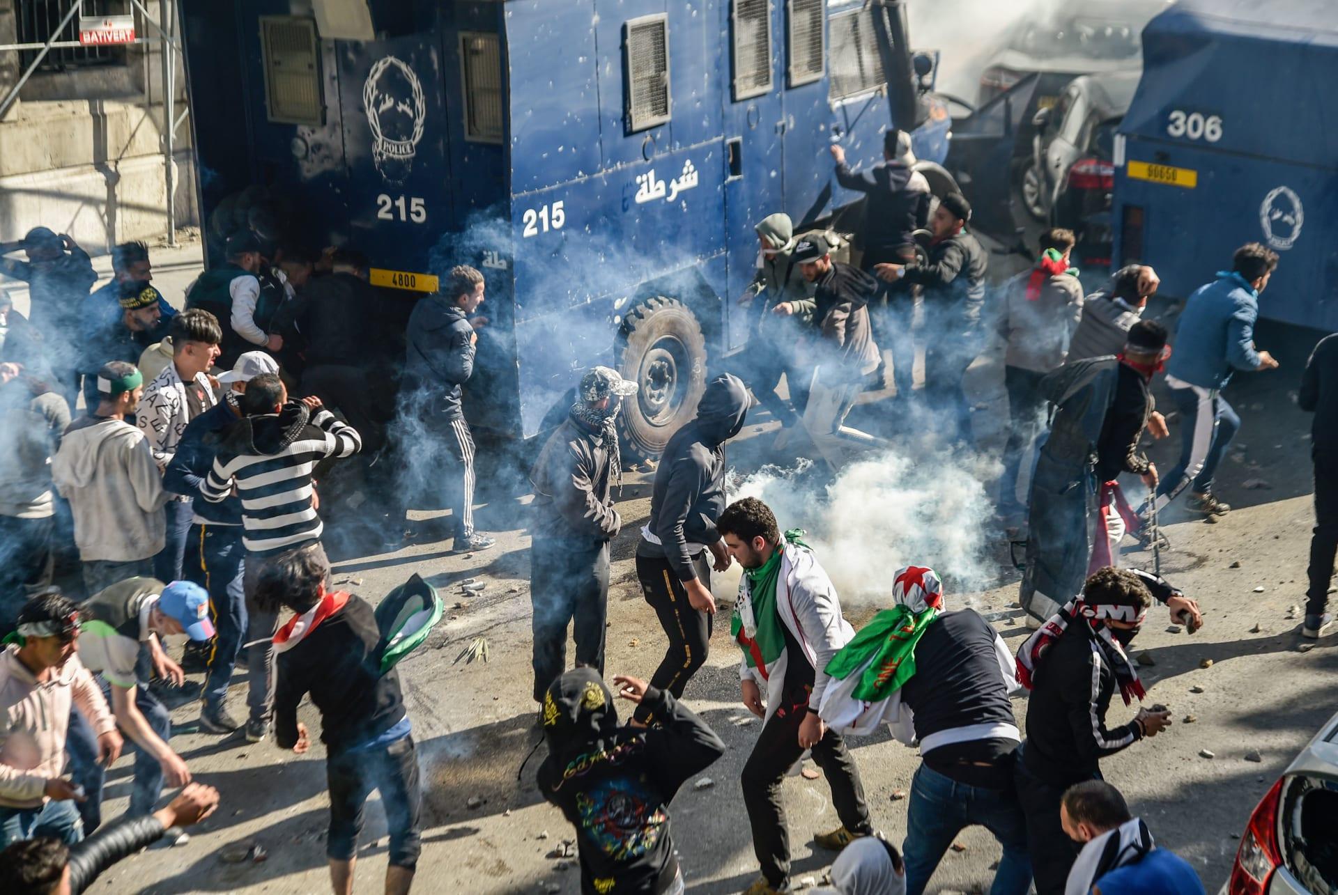 وسط احتجاجات البلدين.. الجزائر تدعو إلى انتقال سلمي للسلطة بالسودان