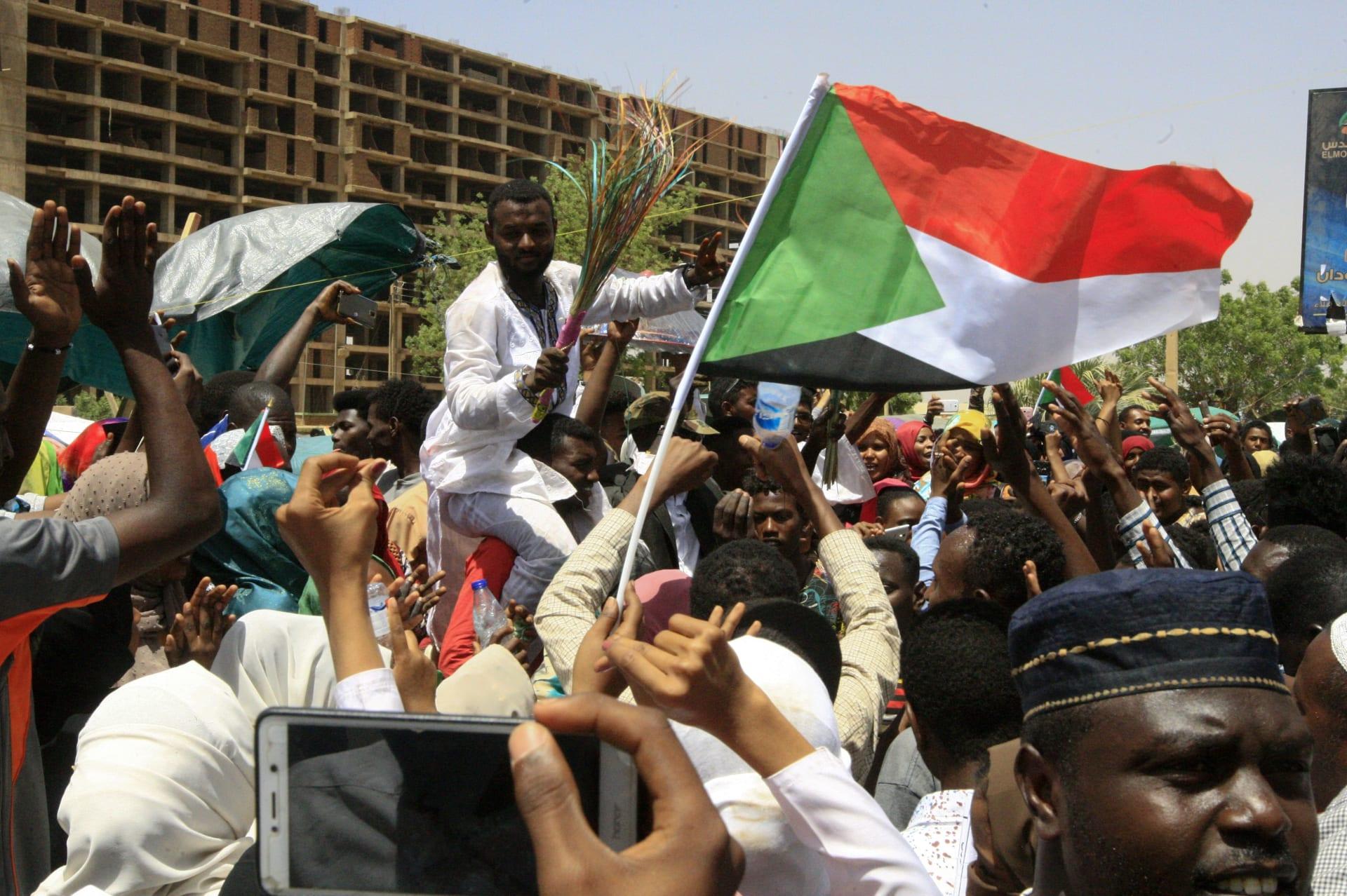 بعد السعودية.. الإمارات تعلن موقفها من تعيين البرهان رئيسا للمجلس العسكري في السودان