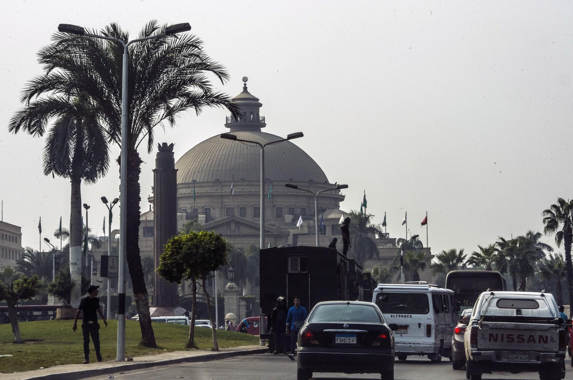 """فيديو """"مفاجآت"""" رئيس جامعة القاهرة يثير ضجة.. والبرادعي: صرح تعليمي أم سوق خضار؟"""