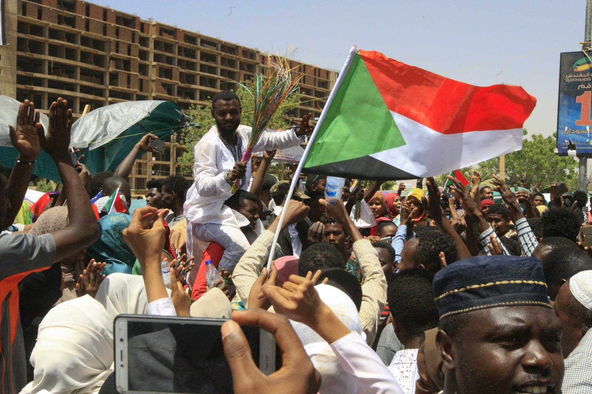 وفد أمريكي يلتقي رئيس المجلس العسكري في السودان ويطالب بانتقال سريع وسلس للسلطة