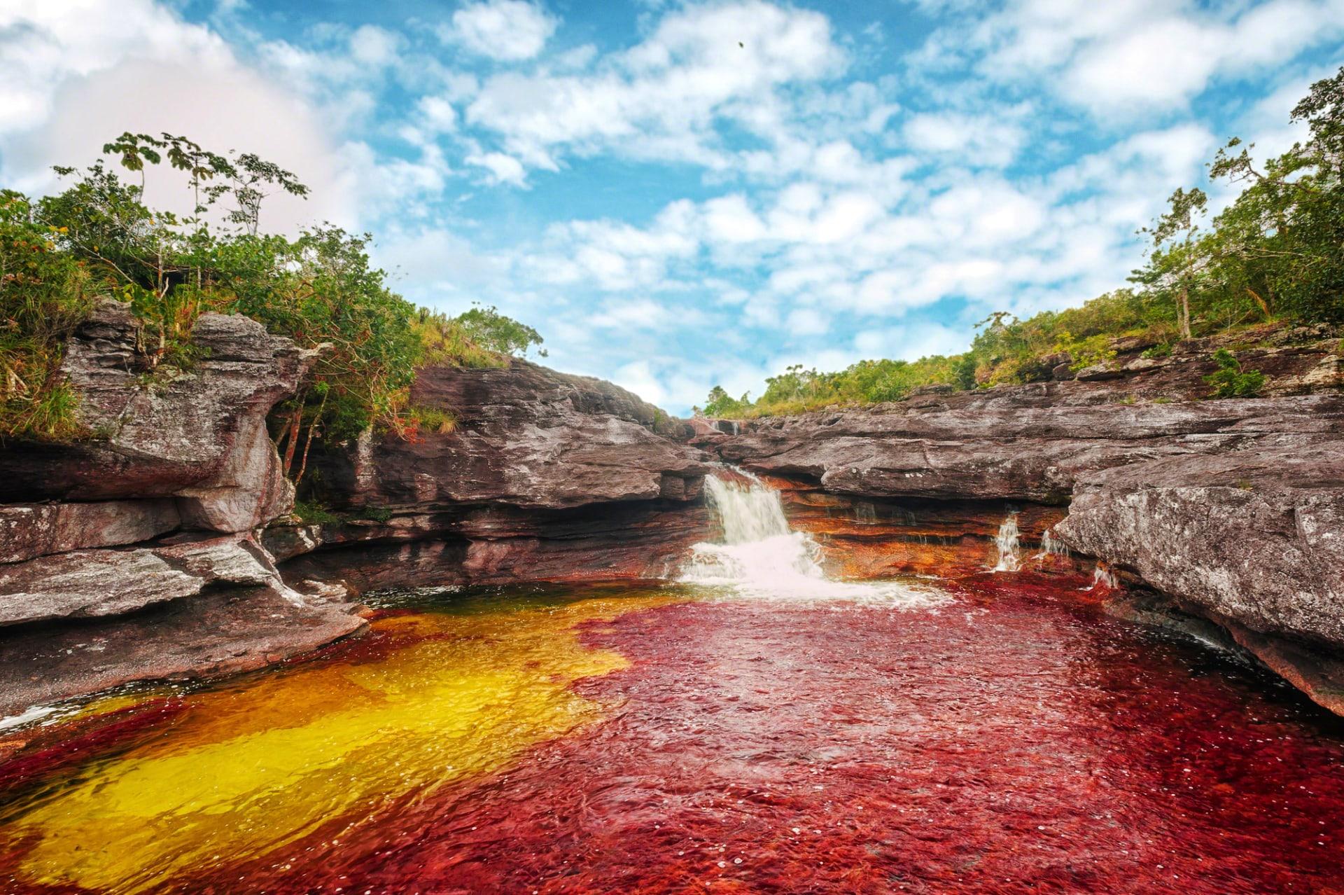 """ما السبب وراء تسمية هذا النهر في كولومبيا بـ""""""""قوس قزح السائل""""؟"""