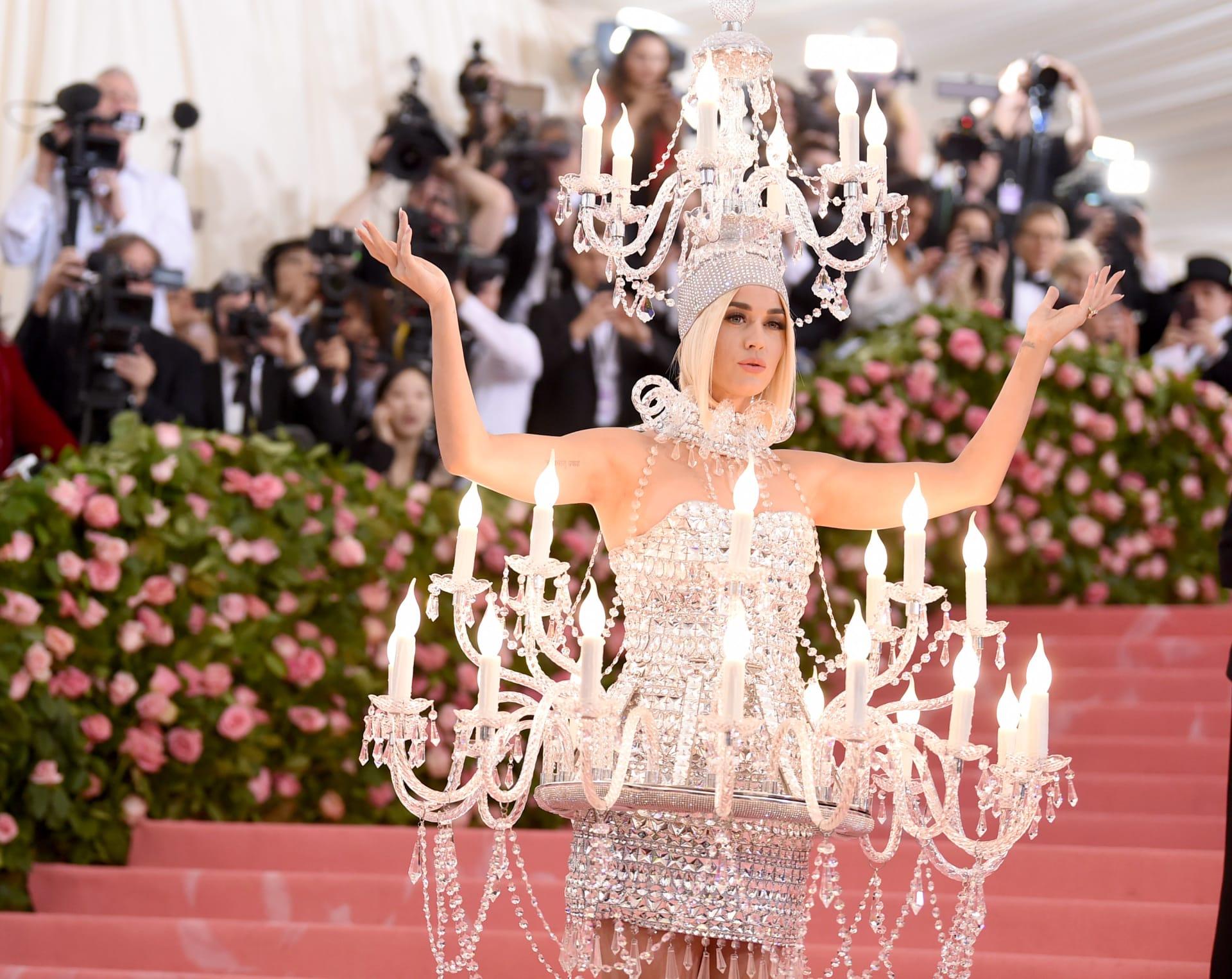 """كاتي بيري تتحول إلى """"ثريا كريستالية عملاقة"""" بحفل ميت غالا"""