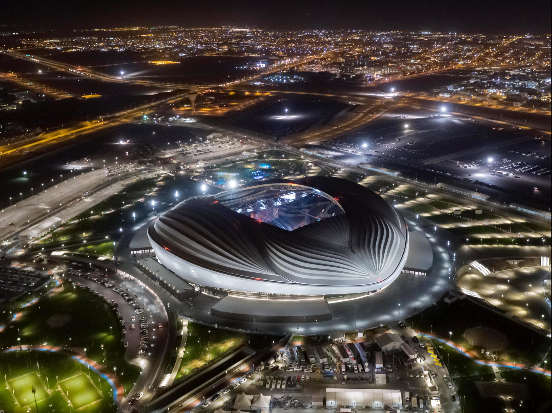 أمير قطر يفتتح استاد الوكرة استعدادا للمونديال.. ويشيد بالمعمارية زها حديد