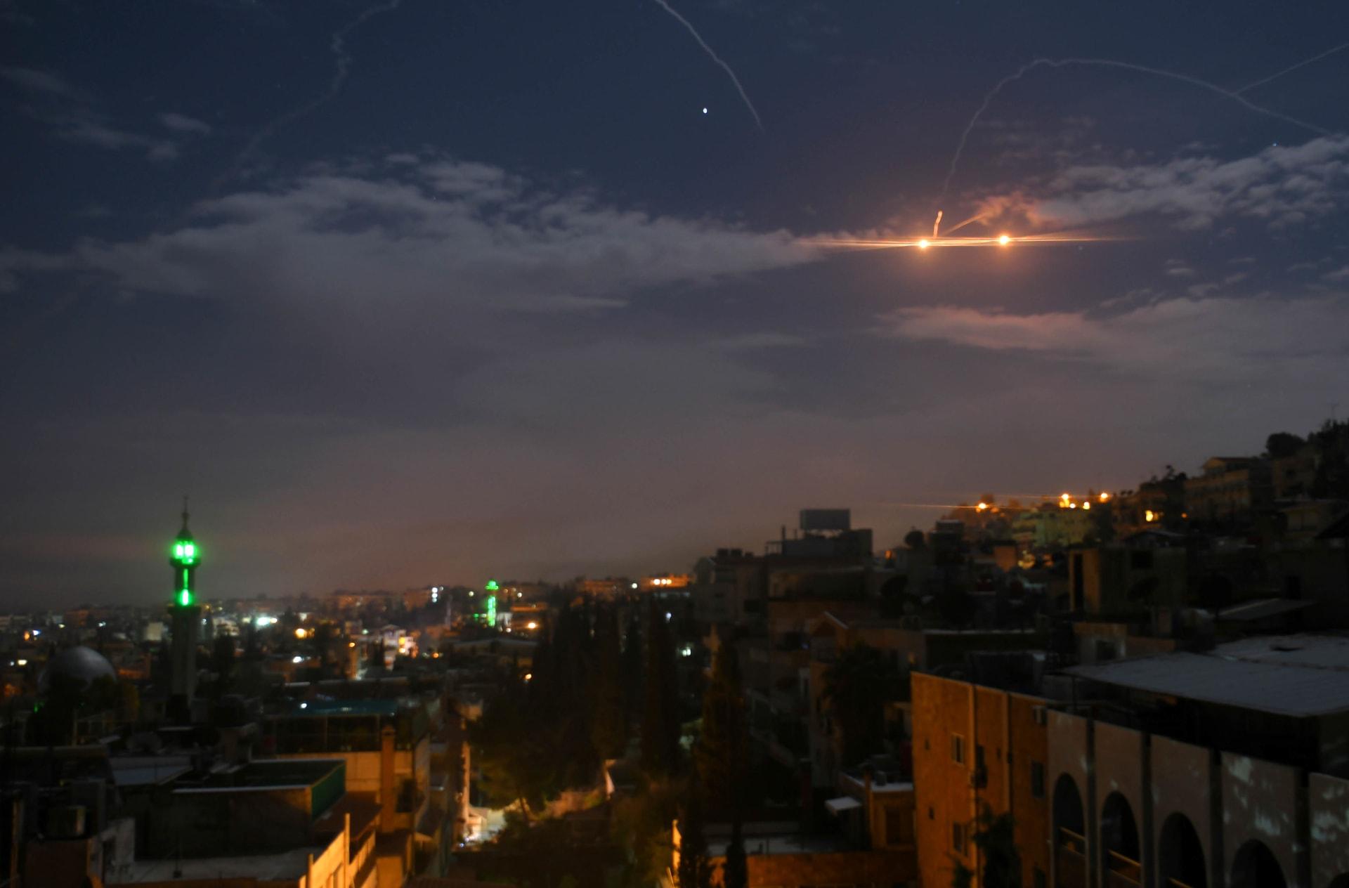 """سوريا تعلن تصدي دفاعها الجوي لـ""""أجسام مضيئة"""" وإسقاط عدد منها"""