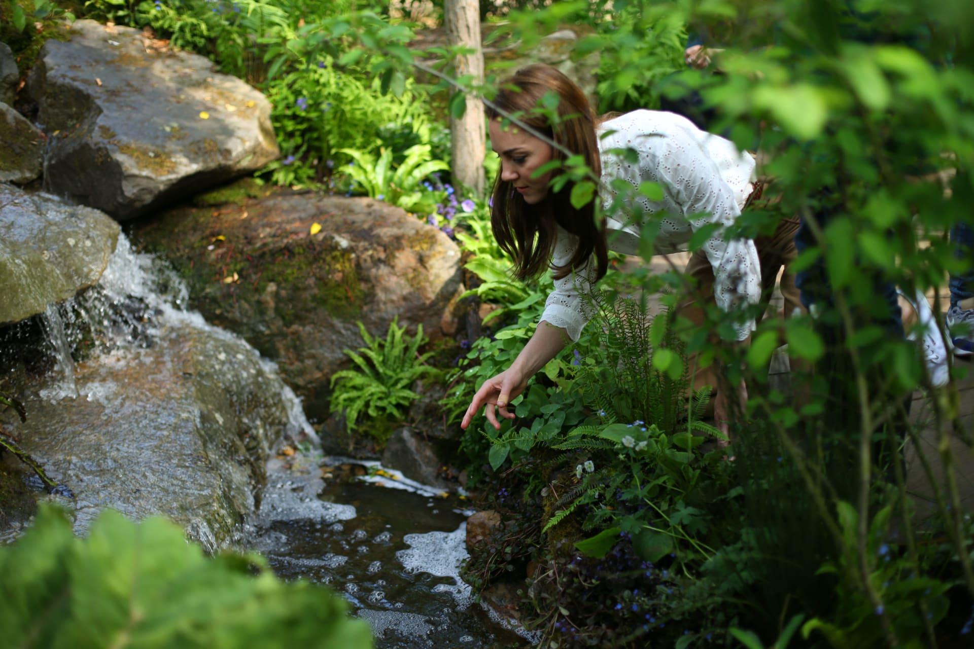 بالصور..العائلة المالكة البريطانية تتنزه داخل حديقة جديدة من تصميم دوقة كامبريدج