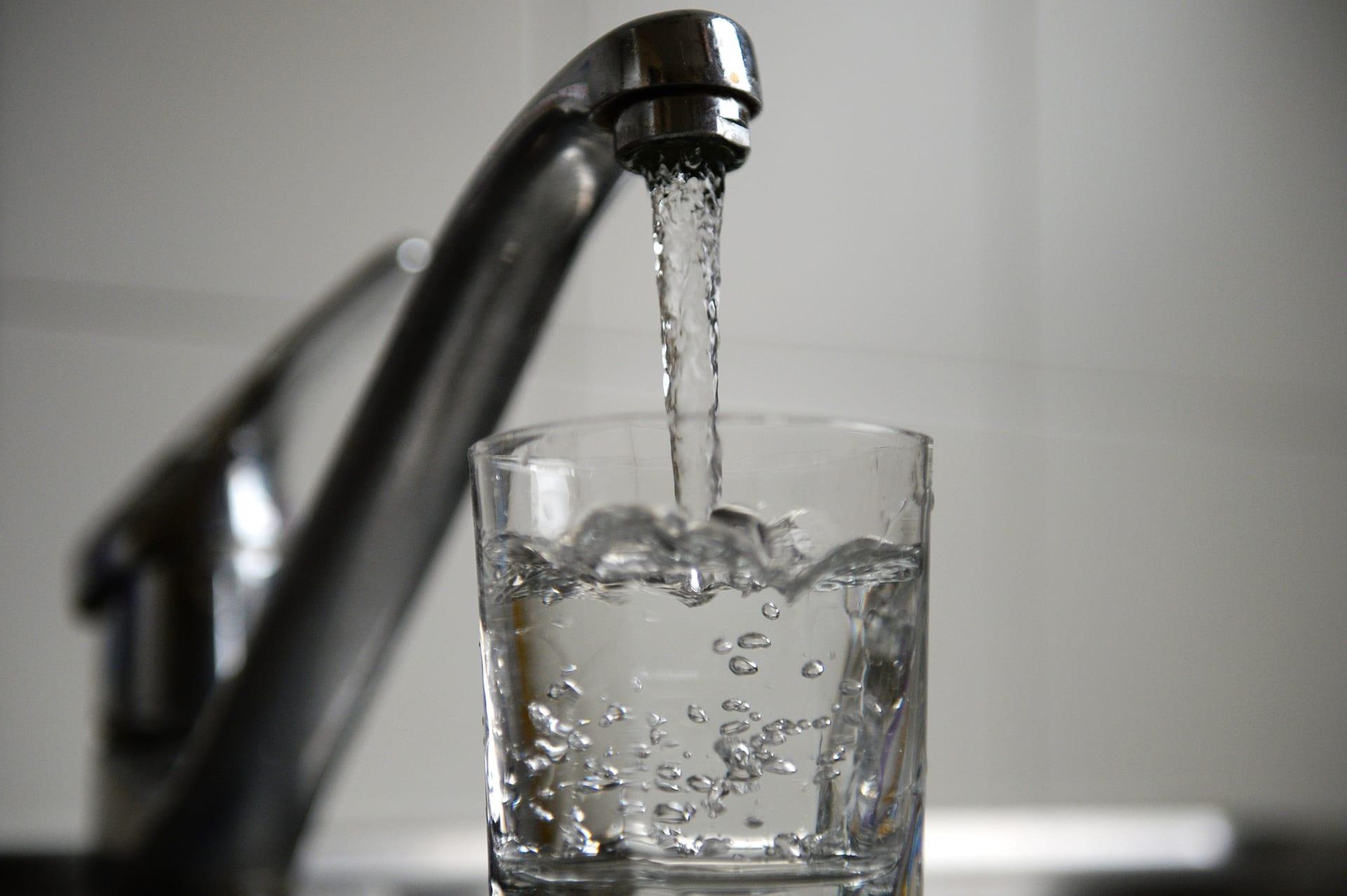 هل هناك أي خطر من شرب المياه الغازية بدلاً من المياه العادية؟