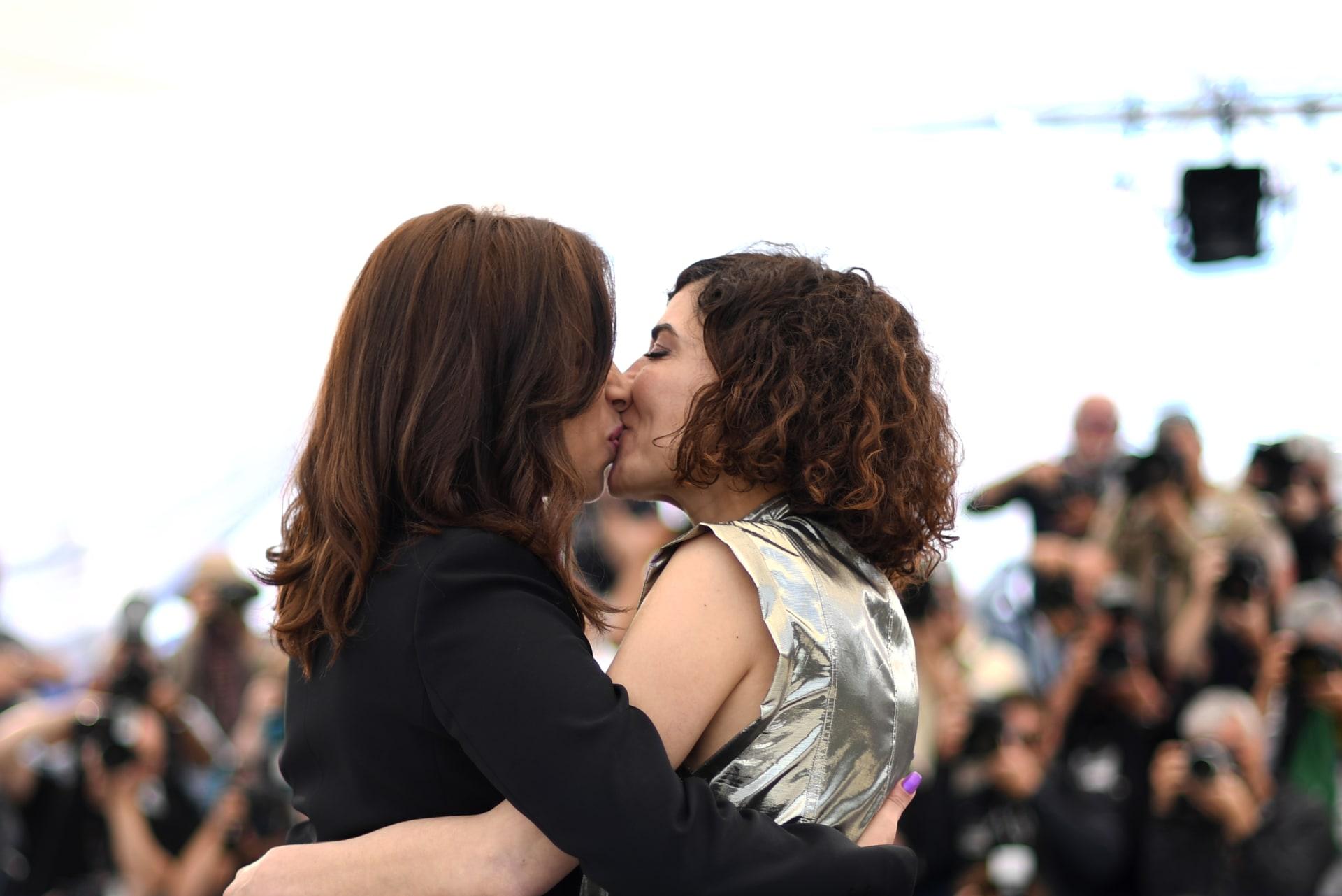 """قبلة بين الممثلتين نسرين الراضي ولبنى الزبال في مهرجان """"كان"""" تشعل مواقع التواصل"""
