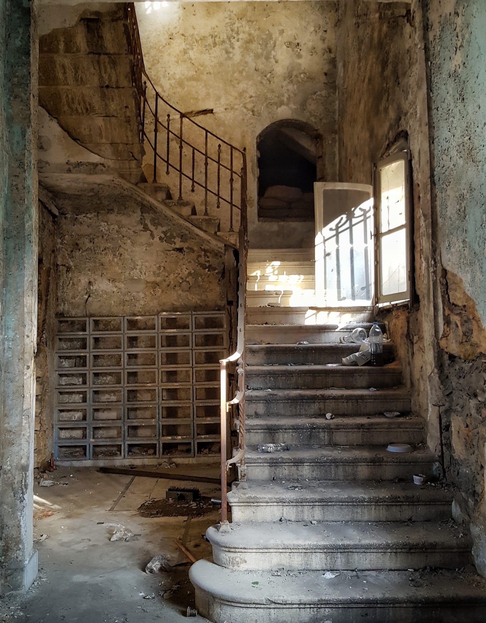 بين الحقيقة والخيال.. إليك ما في داخل هذه البيوت المهجورة في لبنان