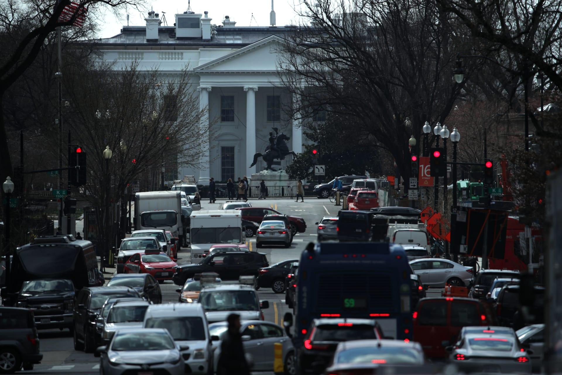 رجل يُضرم النار بنفسه قرب البيت الأبيض.. وحياته في خطر
