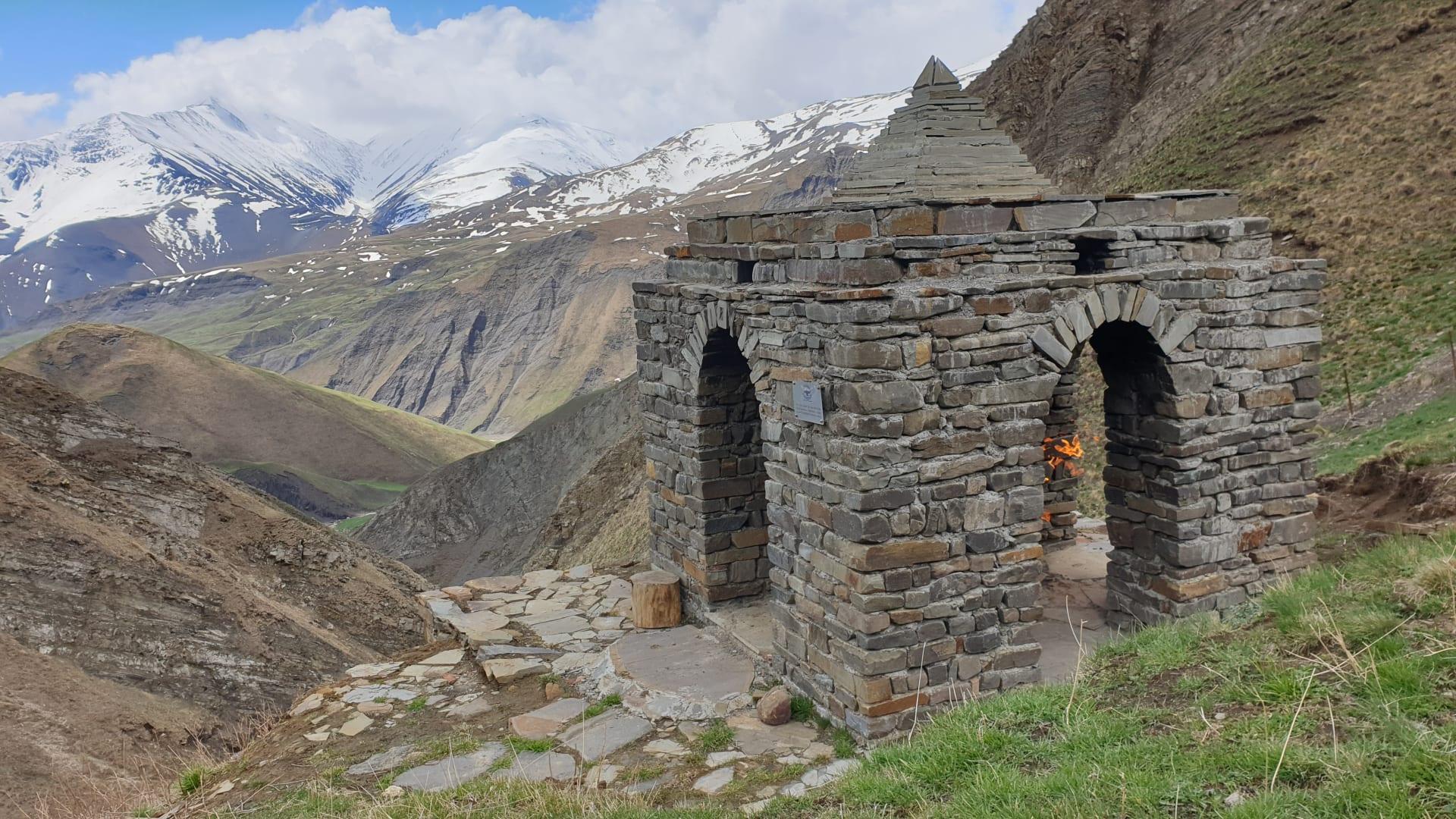 أين يقع أعلى معبد زرداشتي بالعالم لا يزال يحتفظ بشعلته الطبيعية؟