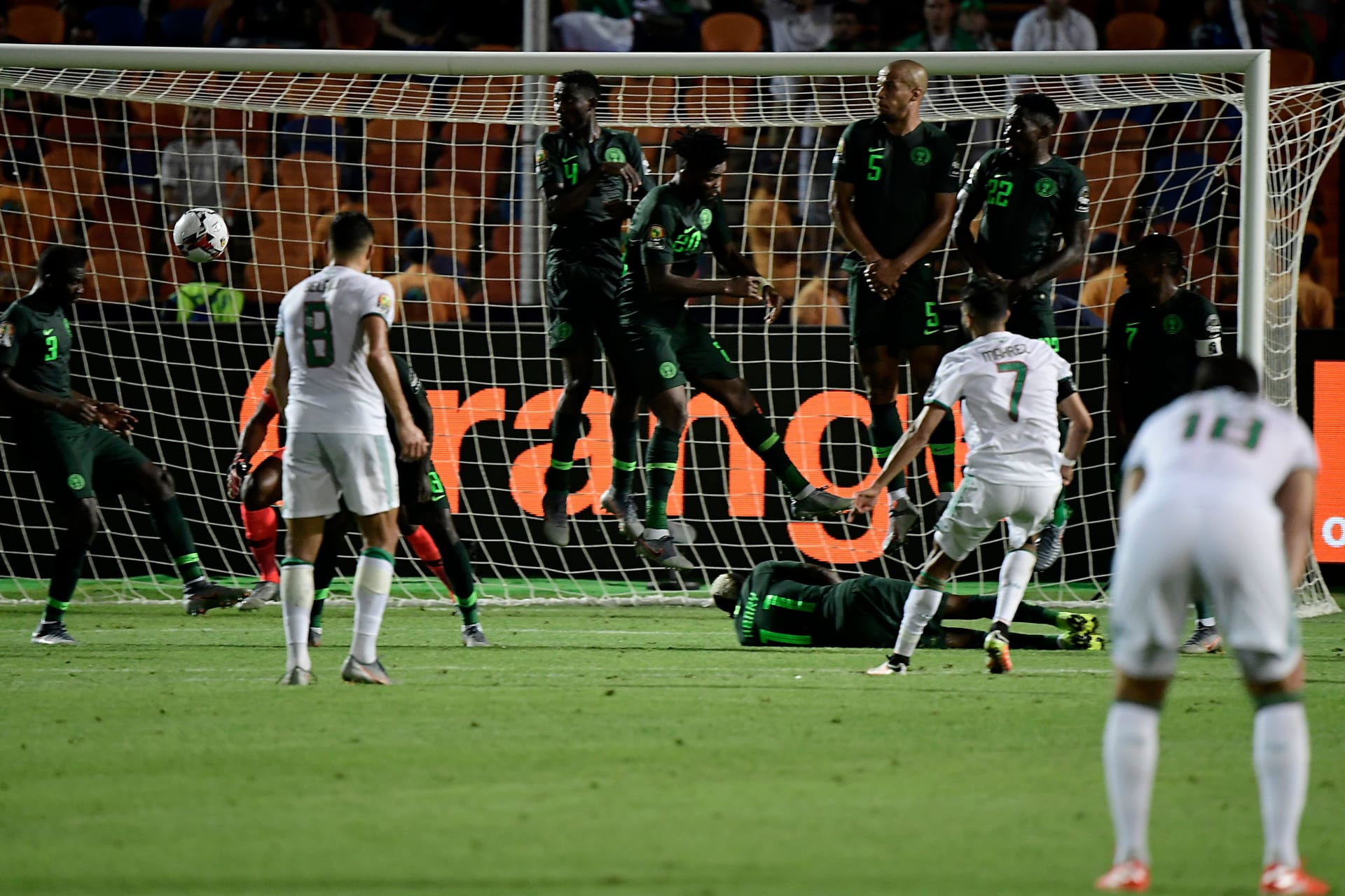 """بـ""""الضربة القاضية"""".. الجزائر تهزم نيجيريا وتواجه السنغال في النهائي"""