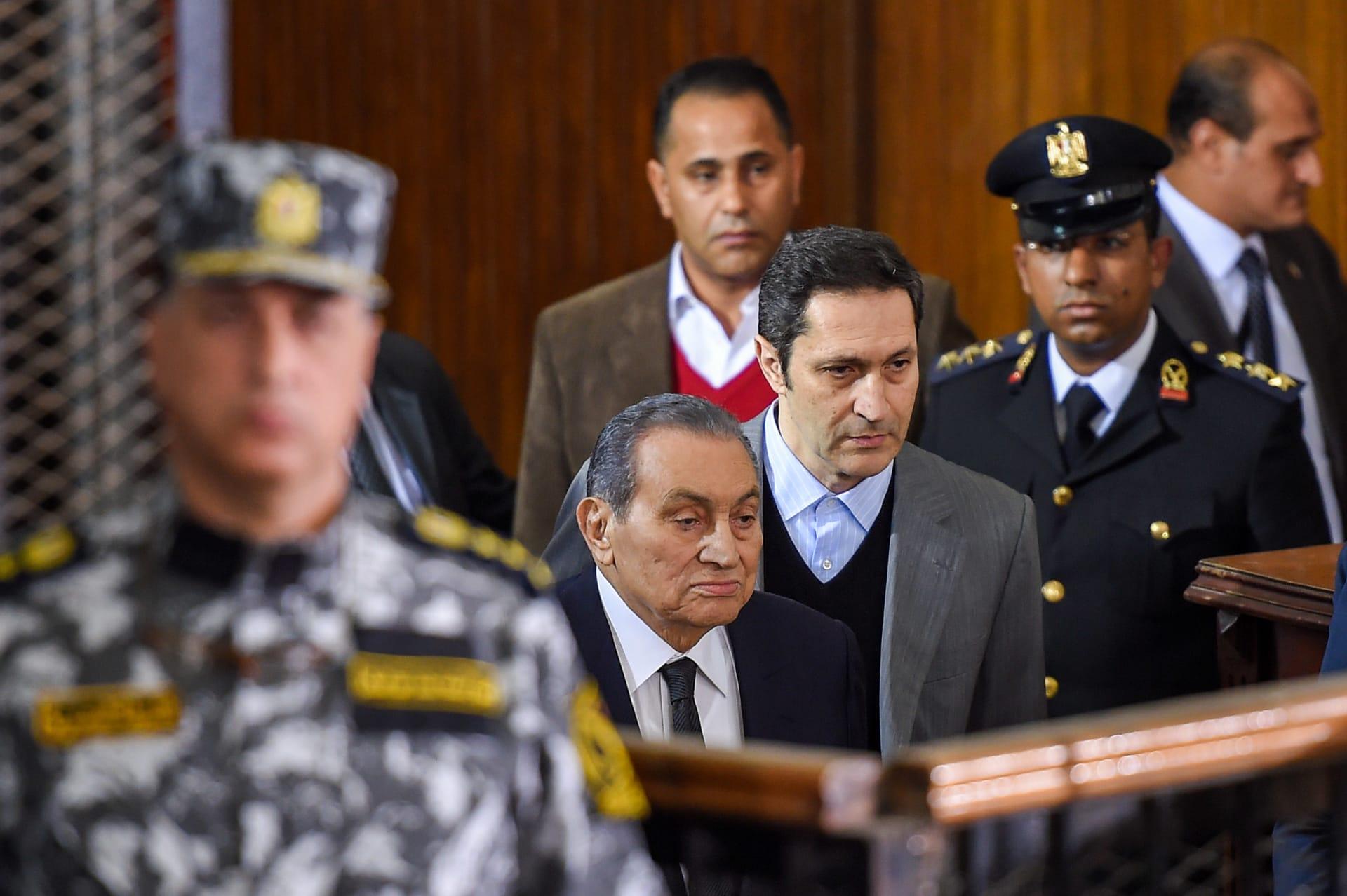 الرئيس المصري الأسبق حسني مبارك ونجله علاء