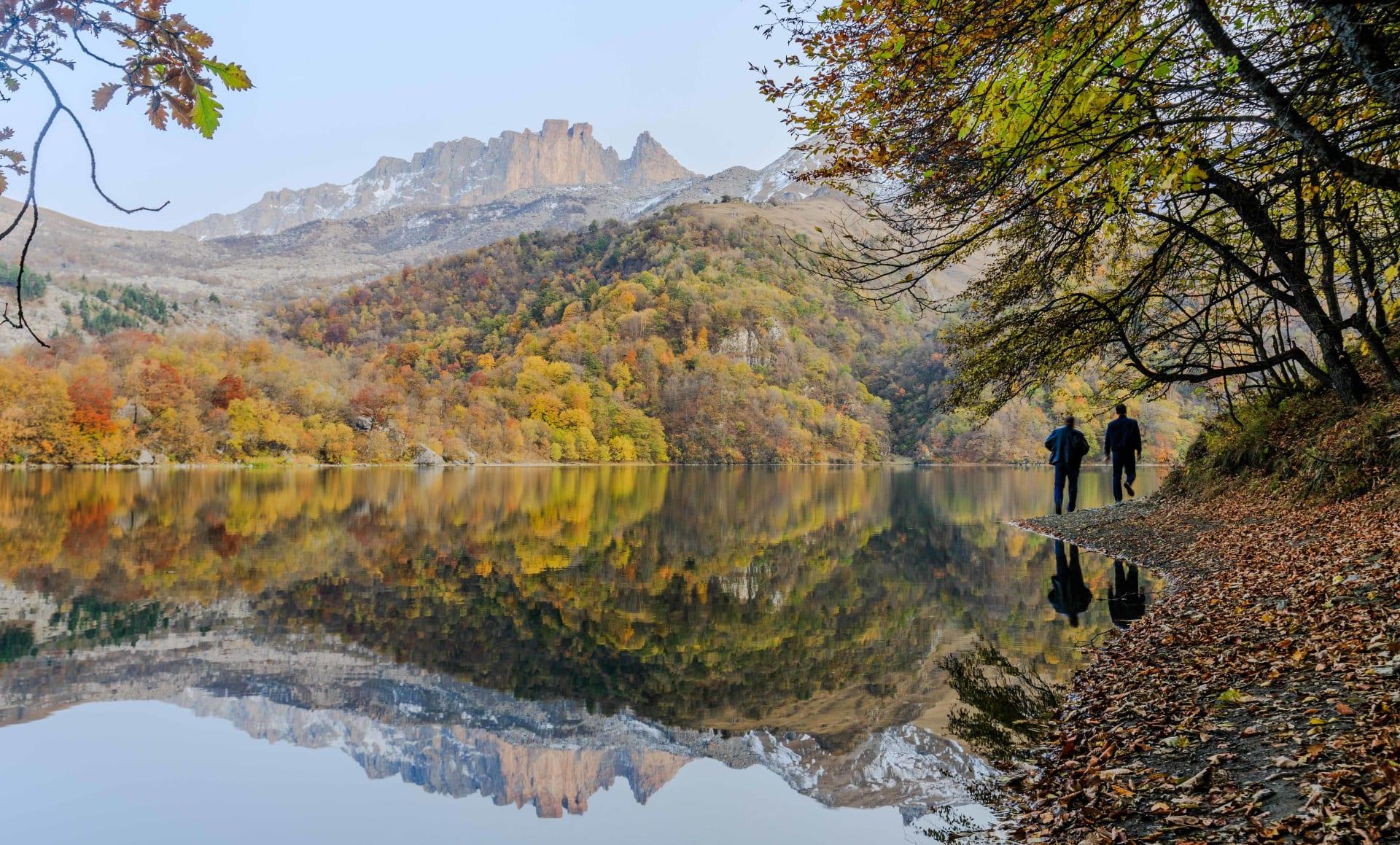 في أذربيجان.. بحيرة ساحرة تكونت بسبب كارثة طبيعية منذ ألف عام