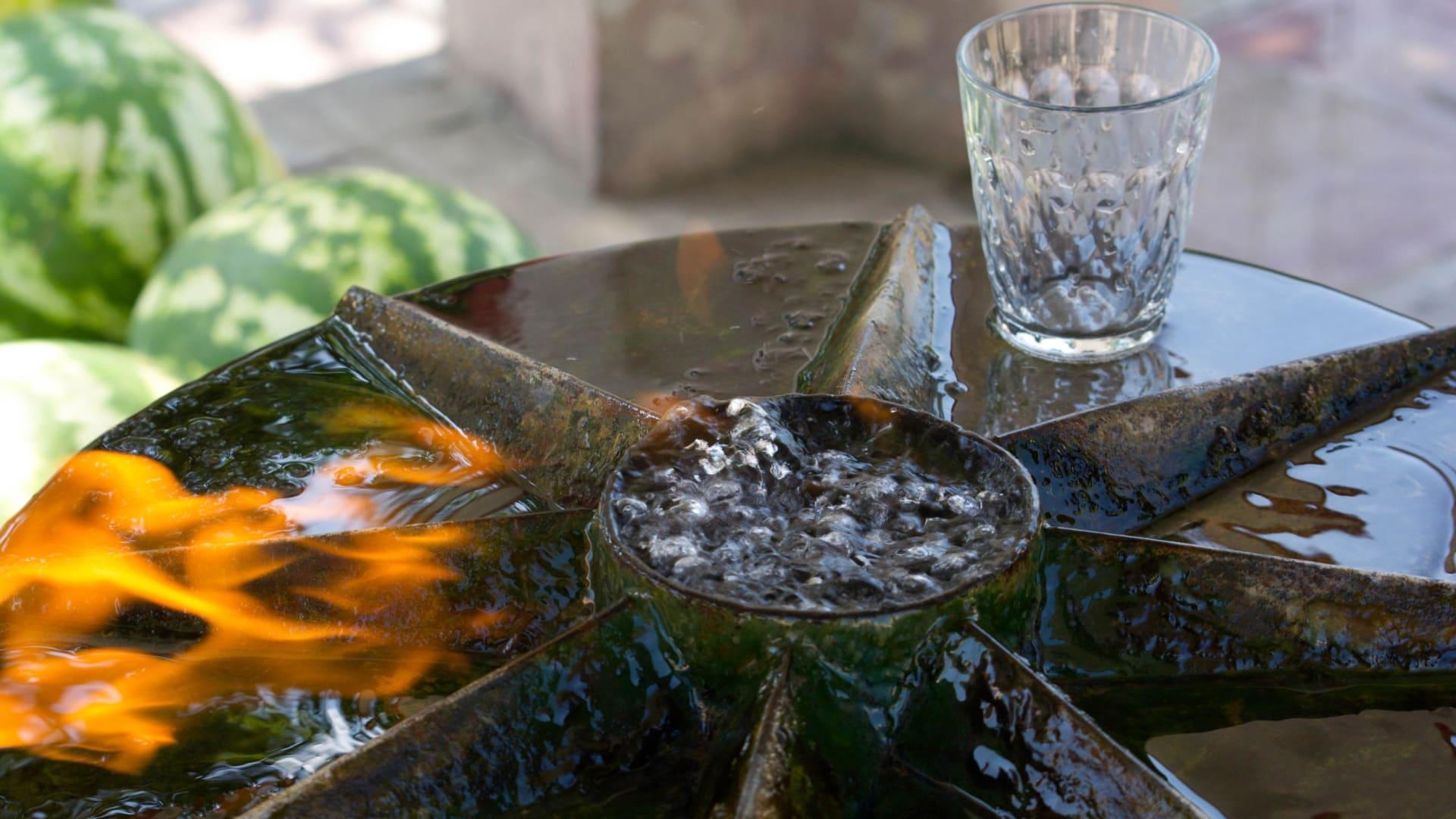 نبع مشتعل صالح للشرب بأذربيجان.. ظاهرة طبيعية تجذب الزوار لغرابتها