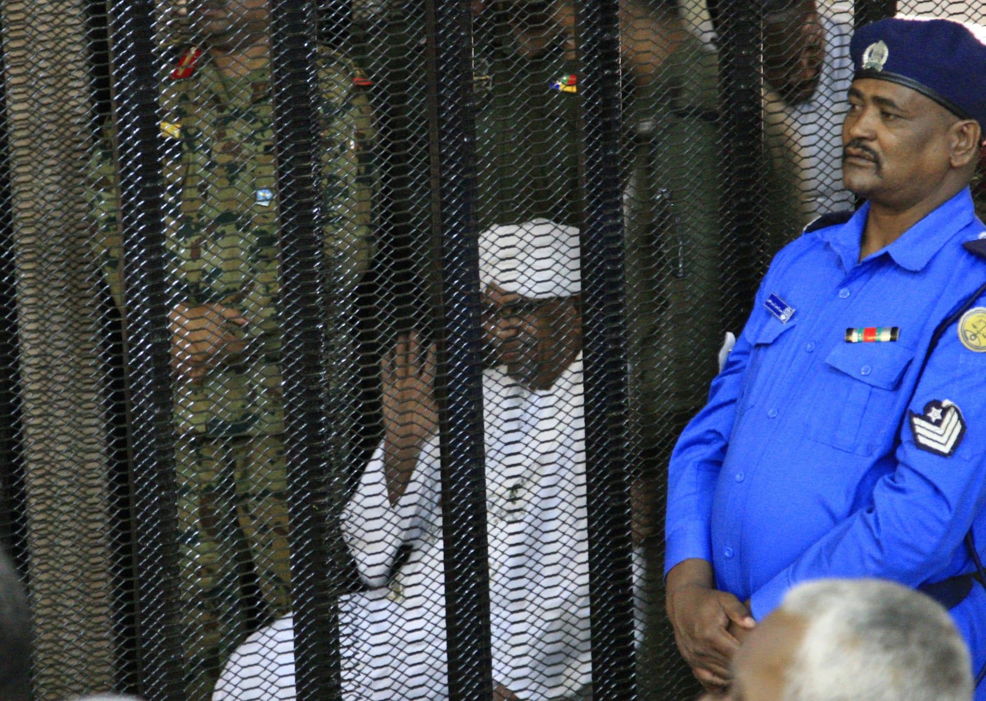 في أولى جلسات محاكمته.. محقق: البشير أقر بتلقي 25 مليون دولار من ولي العهد السعودي