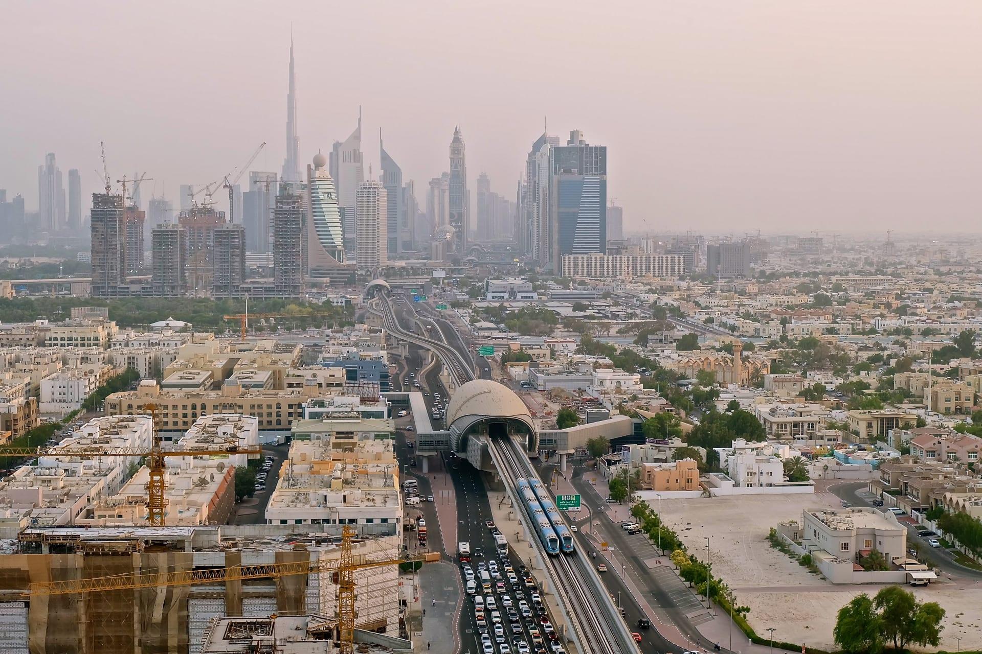 ليثبت أنه أفضل مترو في العالم.. مقيم فلبيني يوثق سكك ومحطات مترو دبي