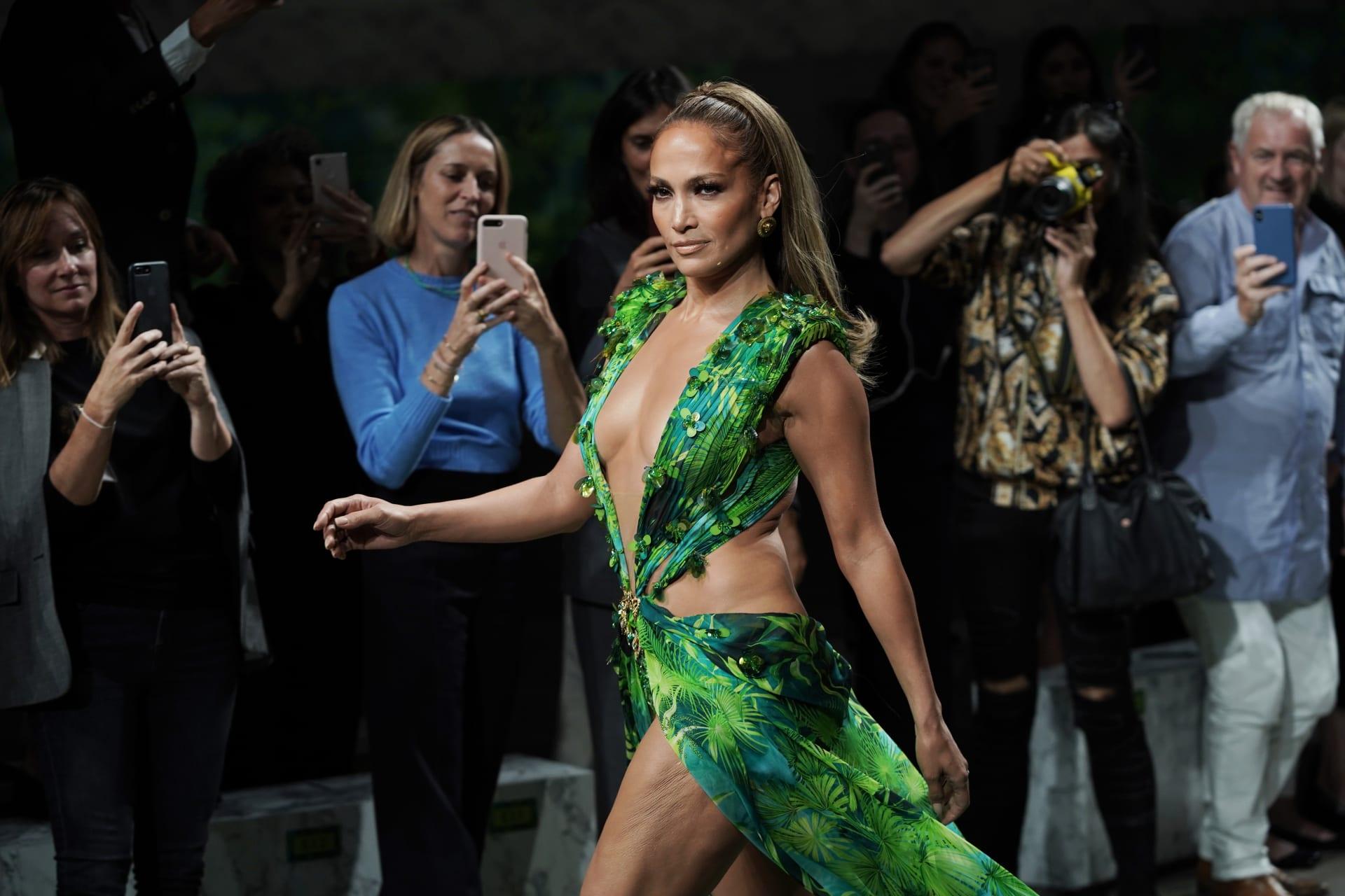 بعمر الخمسين.. جنيفر لوبيز تسحر الحضور بنسخة جديدة من فستان أثار ضجة قبل 20 عام