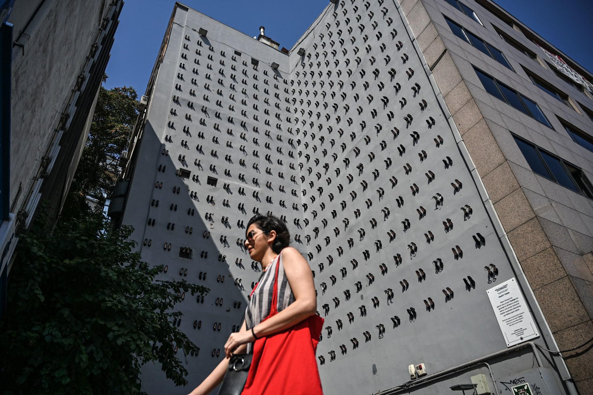 جدار بـ440 كعب نسائي في إسطنبول