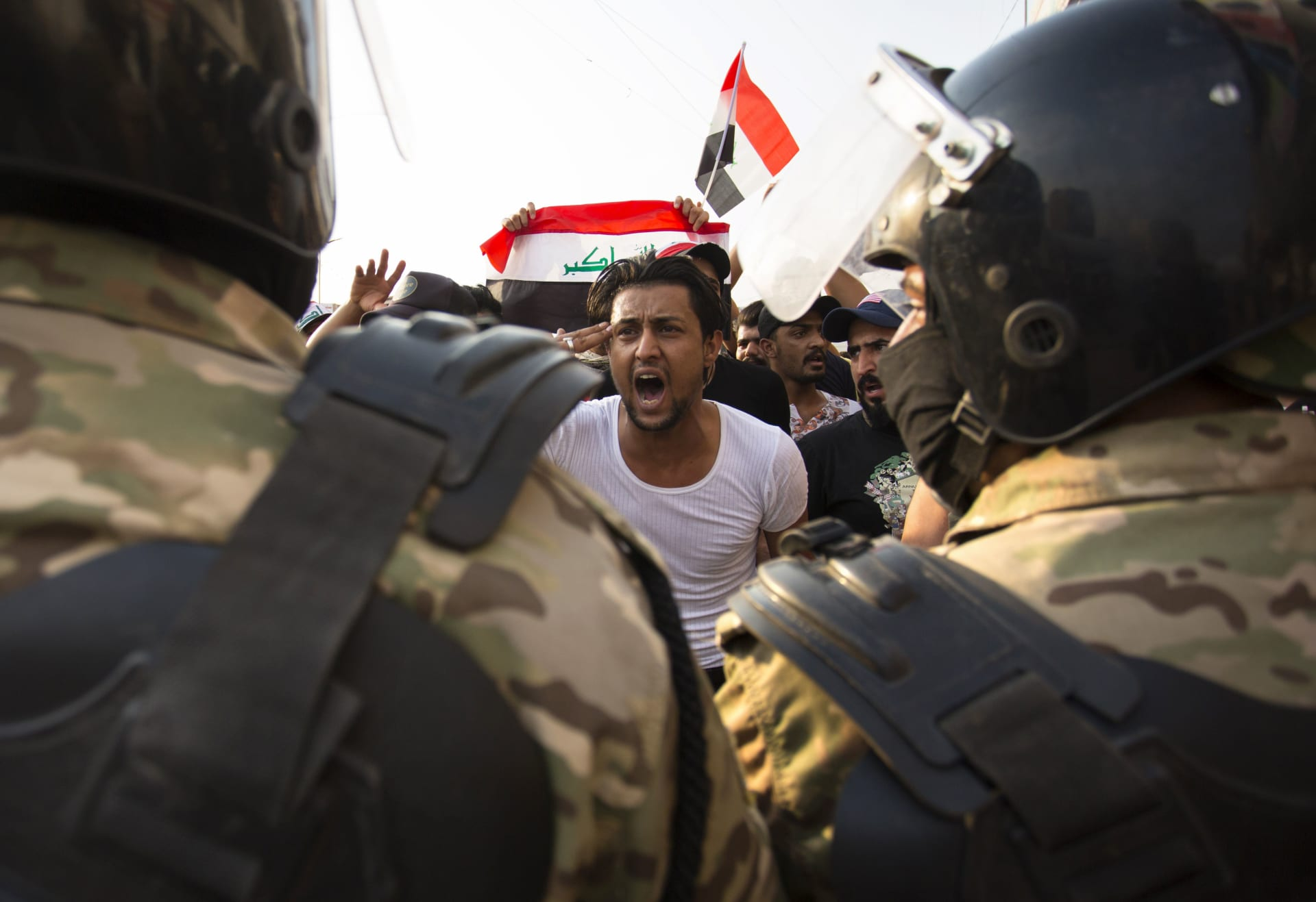 حظر تجوال واستنفار عسكري وغلق طرق بغداد.. ماذا يحصل بالعراق؟