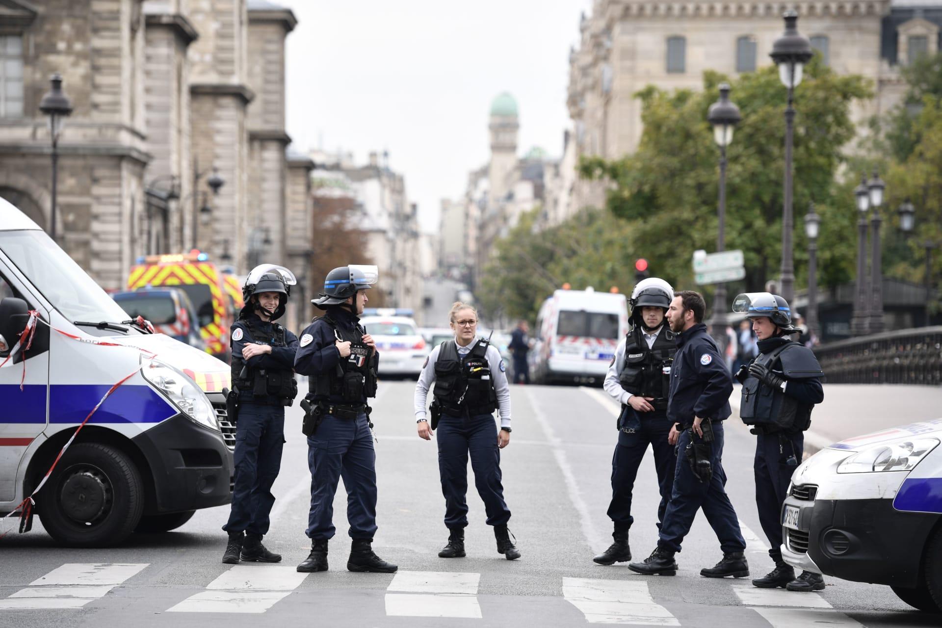 مقتل مهاجم بسكين بعدما أصاب ضابطي شرطة في باريس