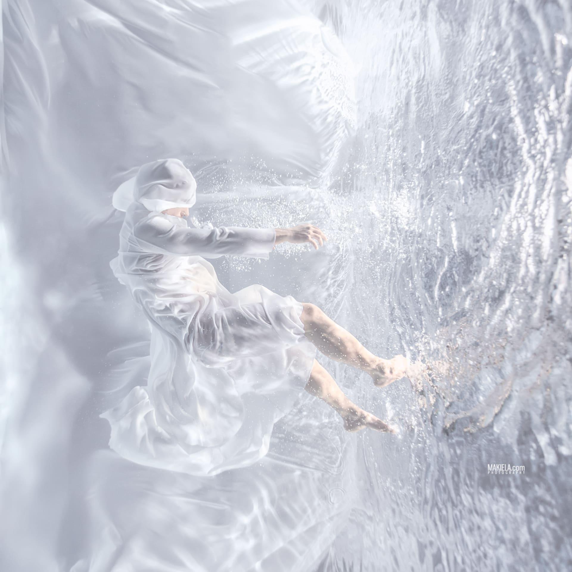 """""""تموجات الموضة"""" .. اكتشف سحر الأزياء تحت الماء بعدسة مصور مقيم في دبي"""