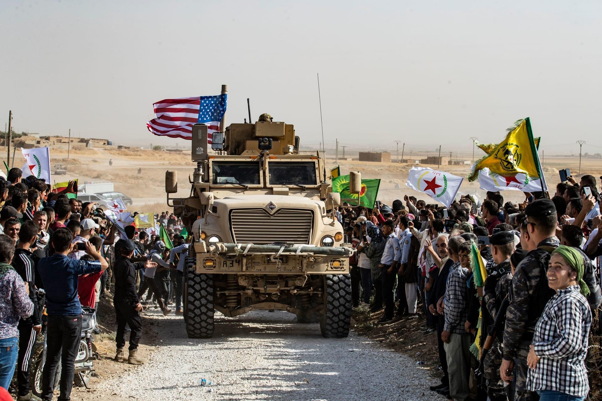 أكراد يتظاهرون ضد العملية العسكرية التركية حول مدرعة أمريكية في شمال سوريا