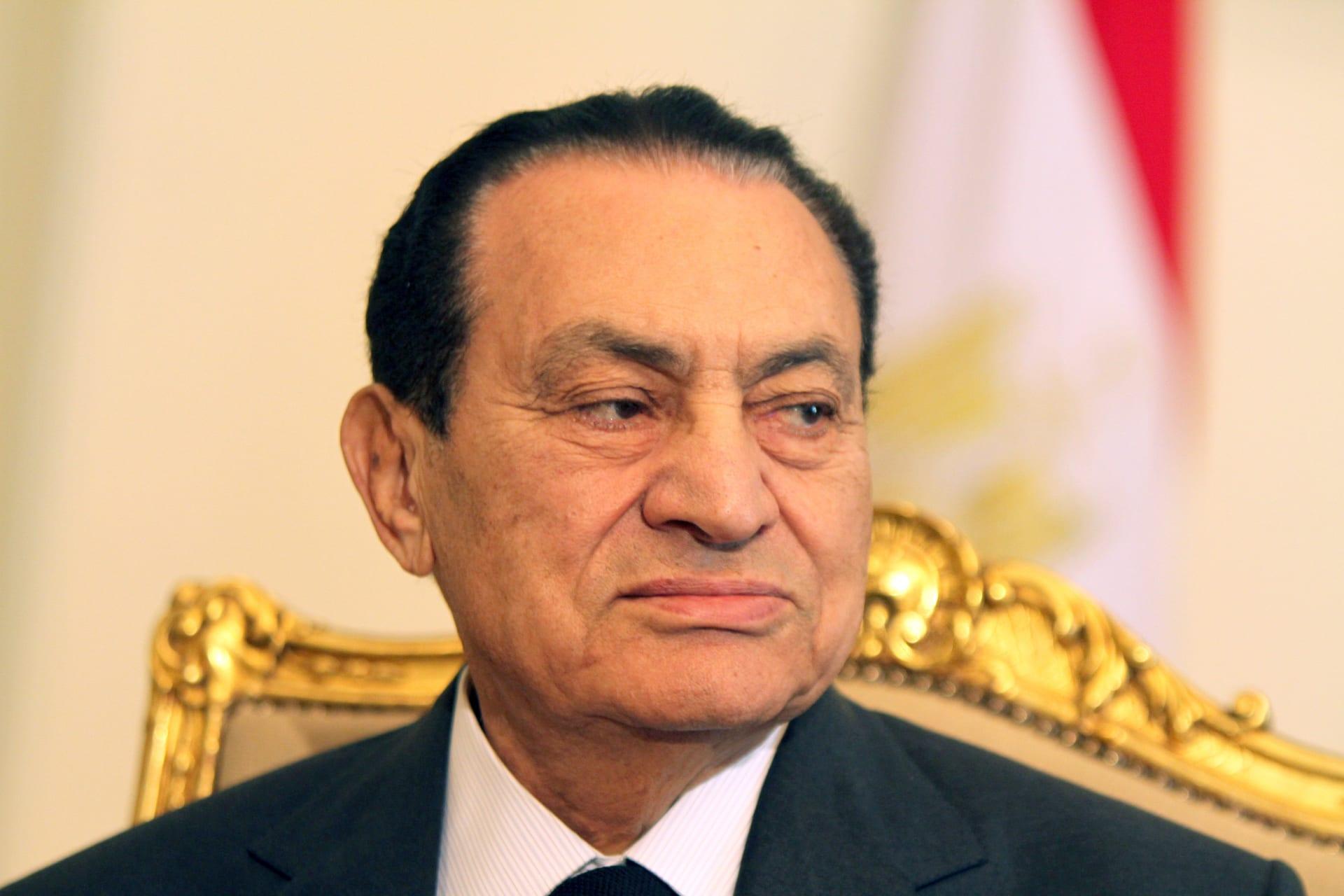 صورة جديدة لمبارك في ذكرى 6 أكتوبر.. ضجة حول جمال.. وساويرس: يظل بطلا