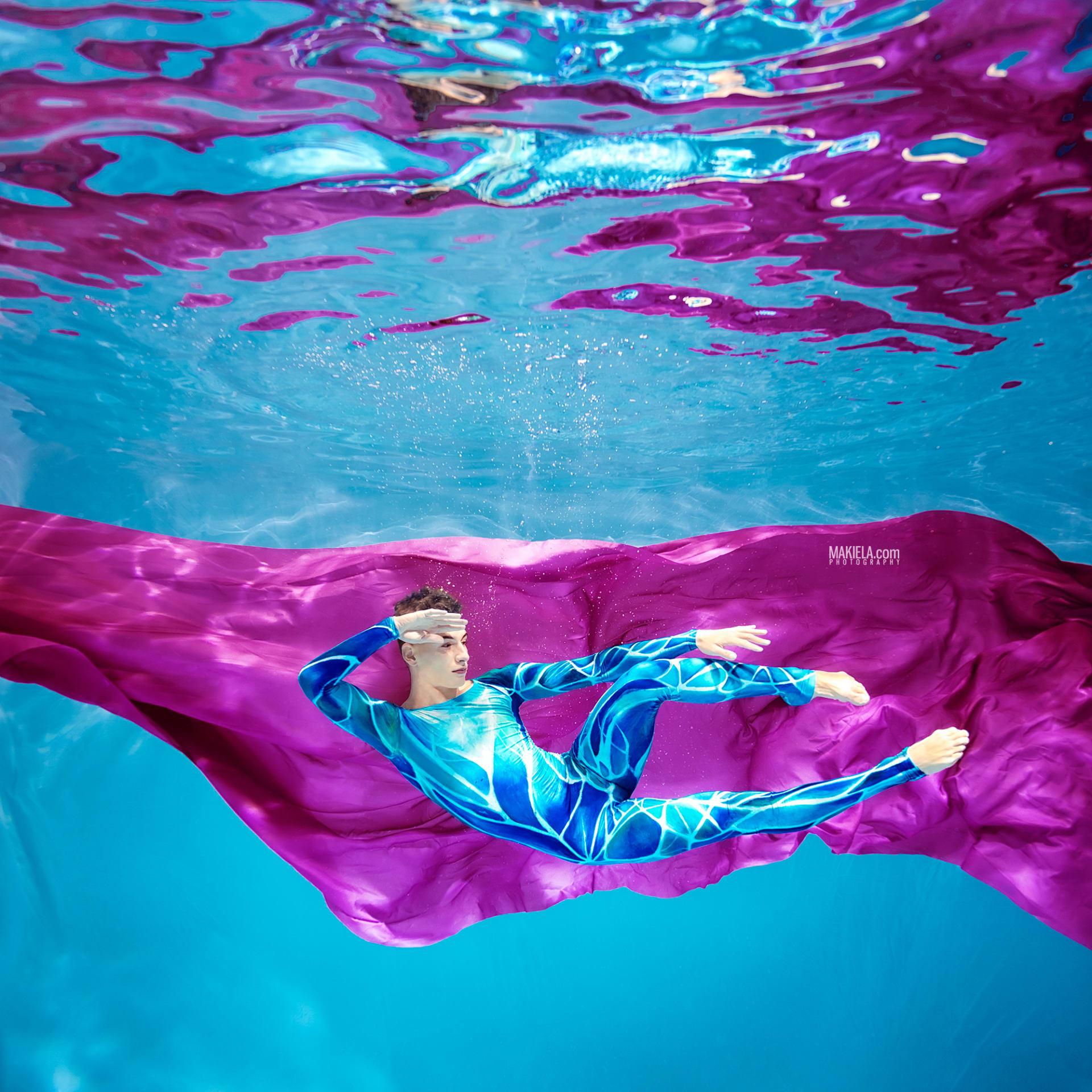 """""""تموجات الموضة""""..اكتشف سحر عارضات الأزياء تحت الماء في دبي"""