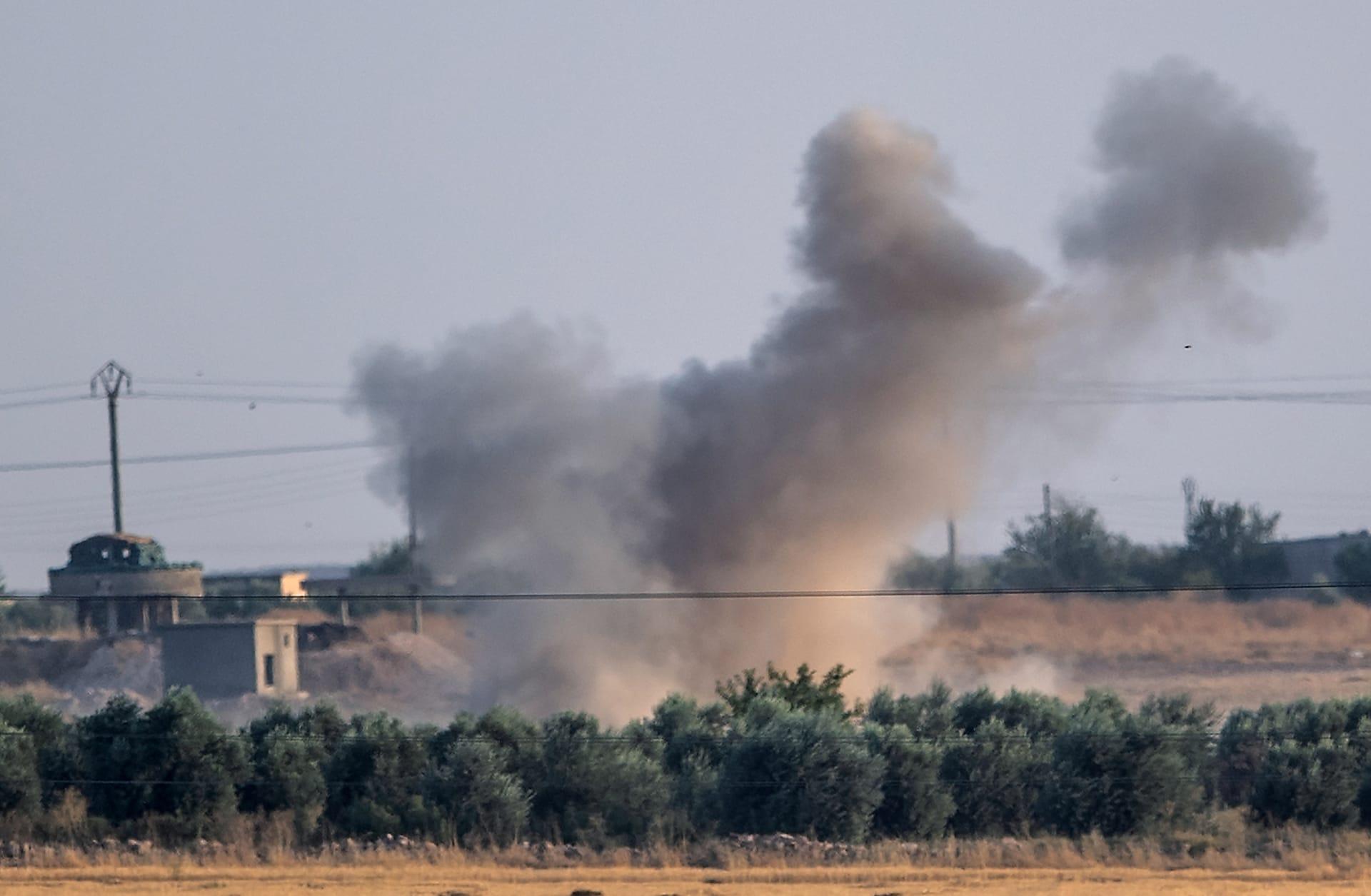 دخان يتصاعد إثر القصف التركي في شمال شرق سوريا